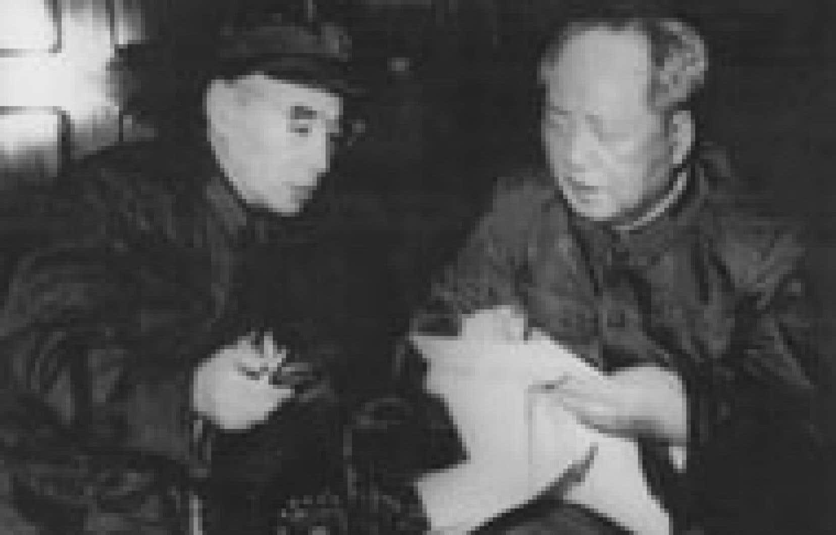 Mao Zedong et son ministre de la Défense, Lin Biao, peu après le déclenchement de la révolution culturelle, en septembre 1966. Ce dernier devait trouver la mort en 1971 dans un «accident» d'avion après la découverte d'un complot pour renverse