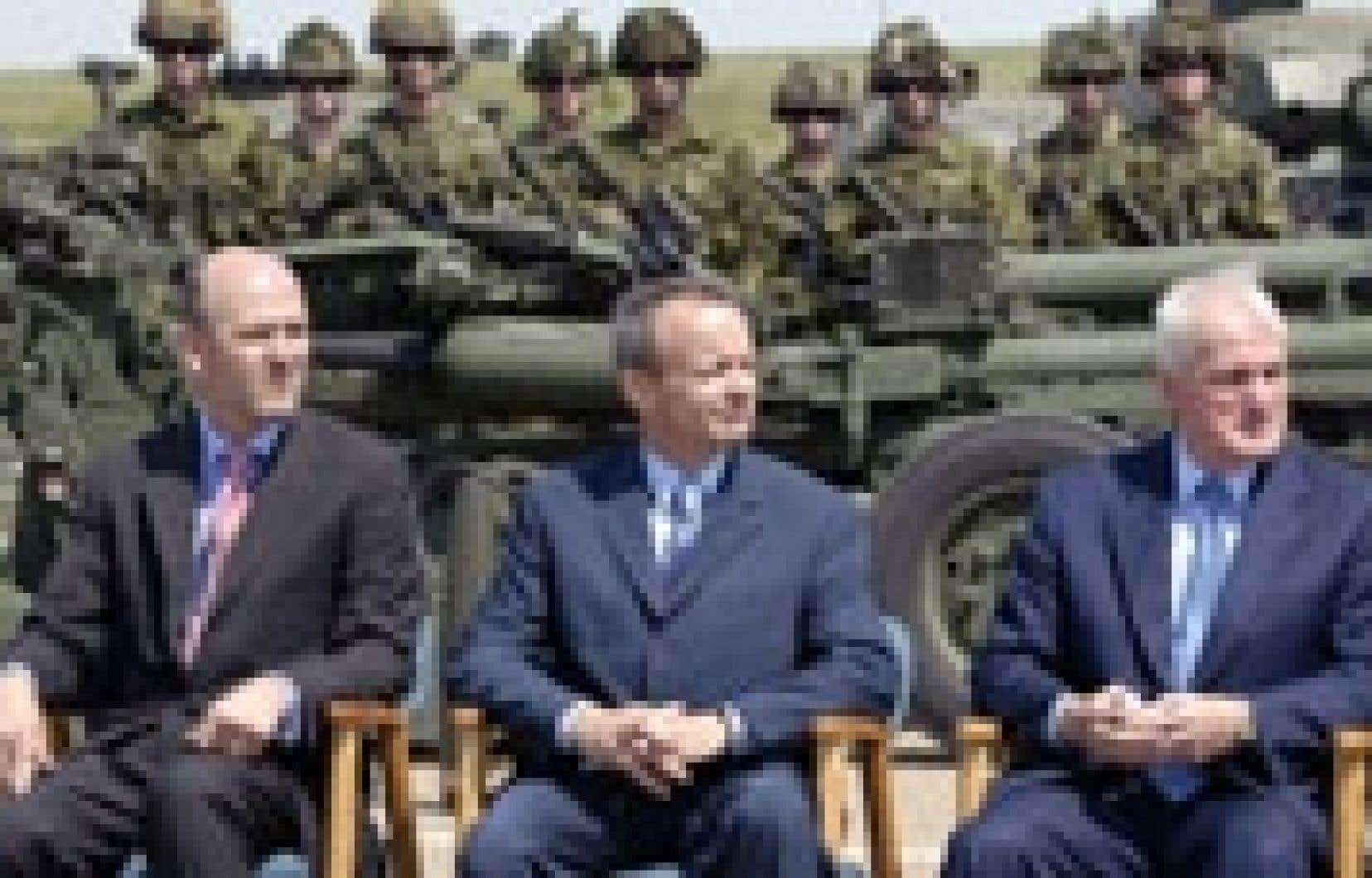 Les ministres Michael Fortier (à gauche), Stockwell Day (au centre) et Gordon O'Connor se sont rendus à Edmonton cette semaine pour annoncer l'achat de 16 hélicoptères pour l'armée canadienne.