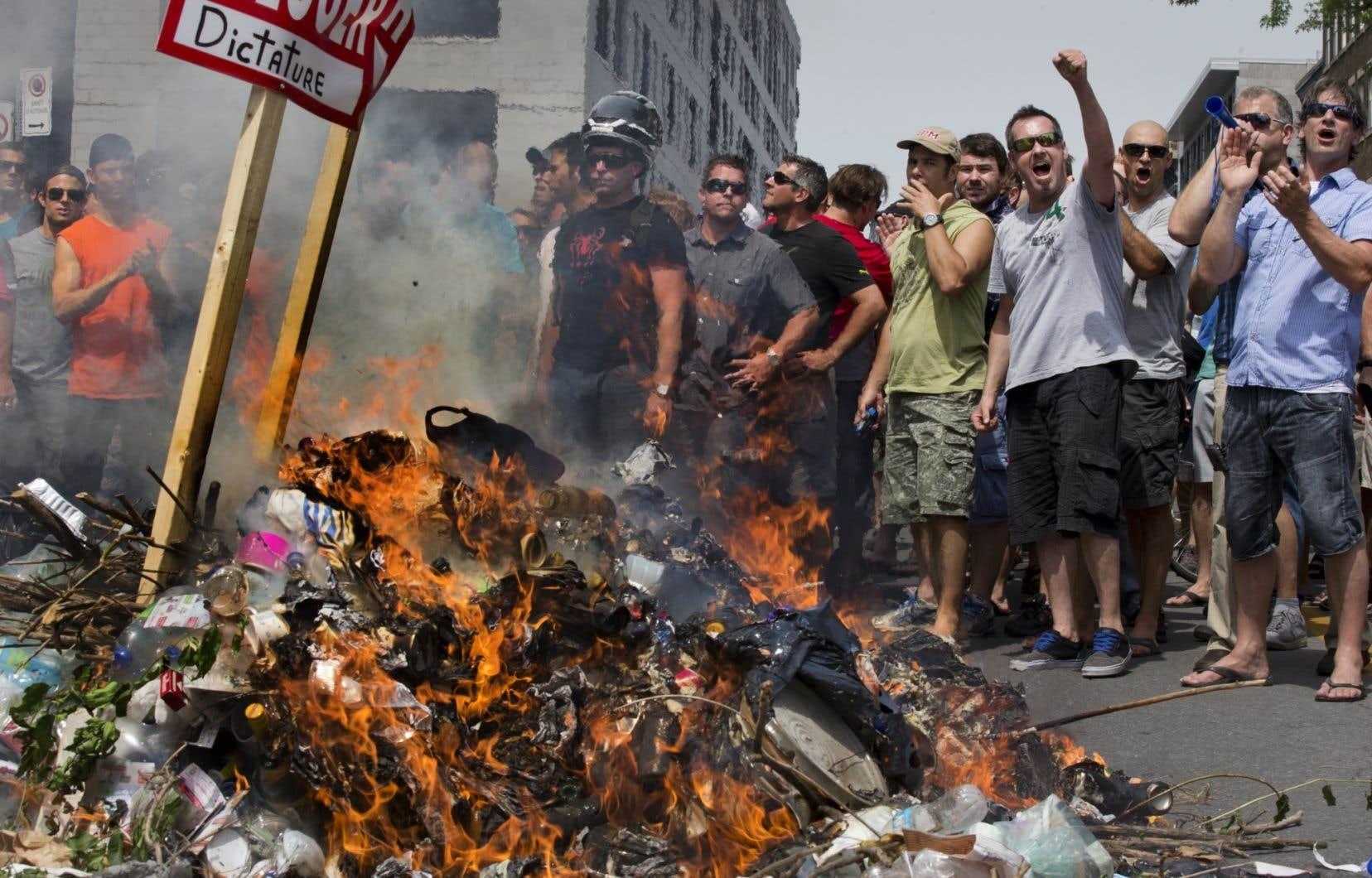 Personne ne s'attendait à ce que des syndiqués déversent un tas d'ordures pour alimenter le feu.