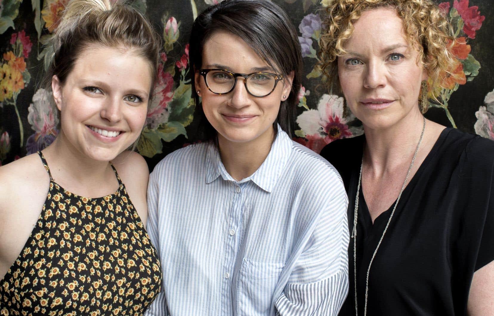 Les actrices Sarah-Jeanne Labrosse et Macha Limonchik entourent la cinéaste Chloé Robichaud.