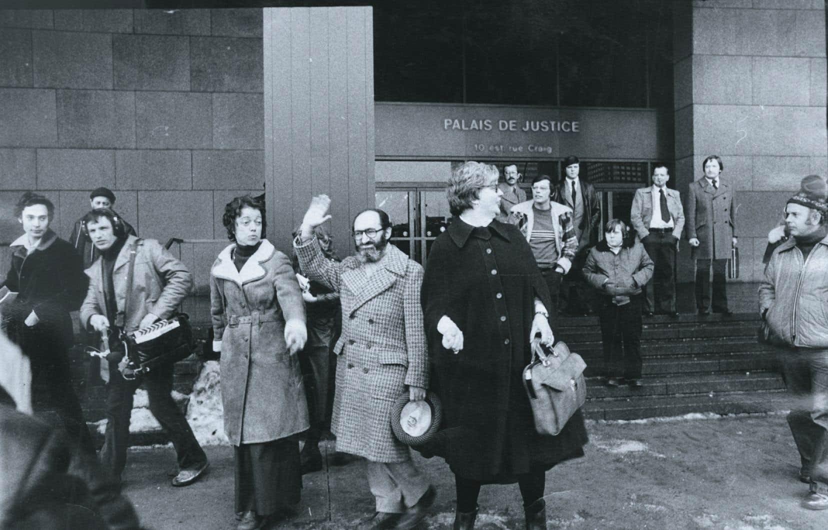 C'est le docteur Henry Morgentaler (au centre) qui avait intenté la poursuite en 2002 à la suite du refus par la province de payer pour les avortements à sa clinique.