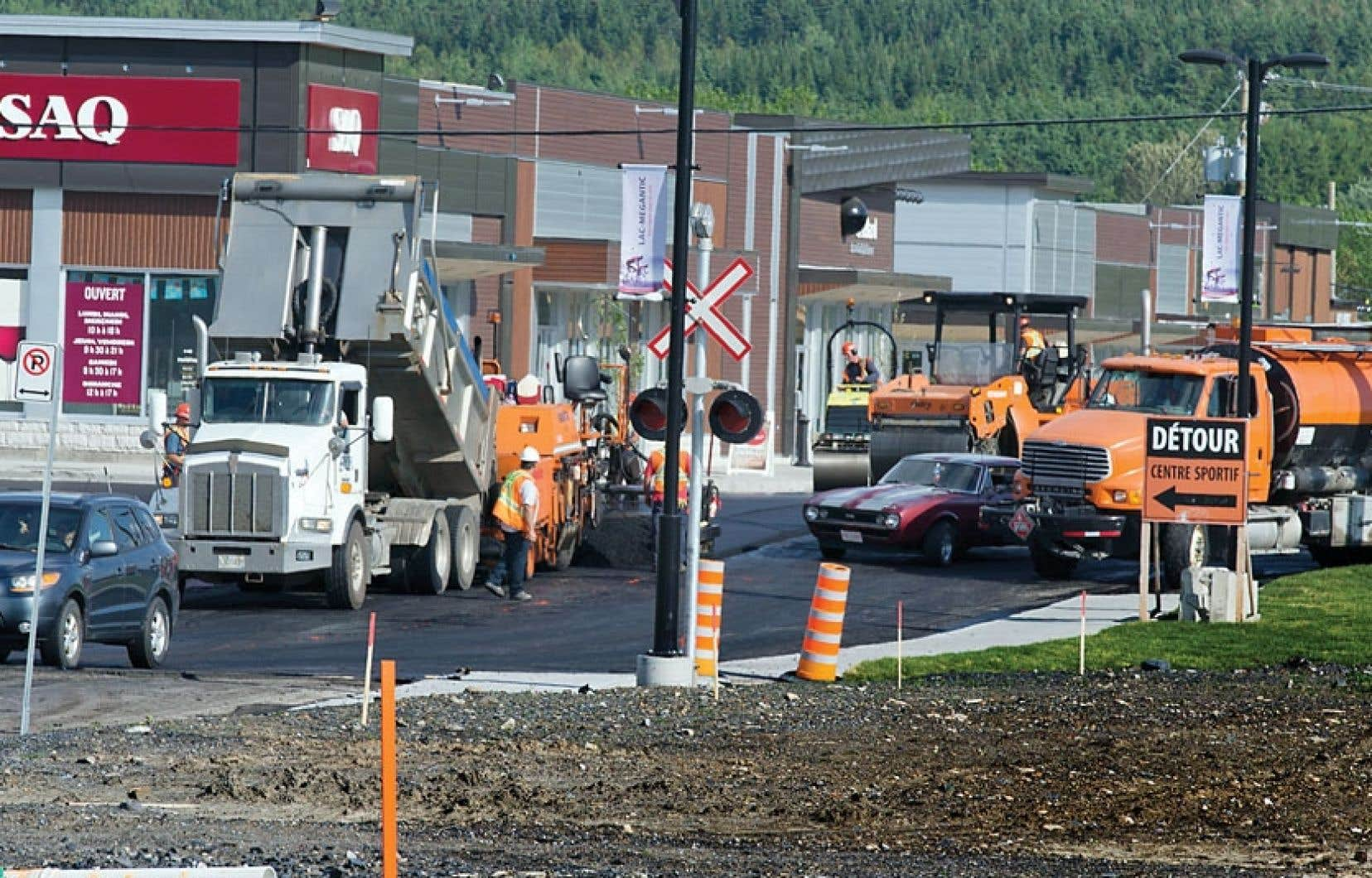 La ville est un véritable chantier traversé de camions remplis de terre et de gravier. Et les travaux de reconstruction sont loin d'être terminés.
