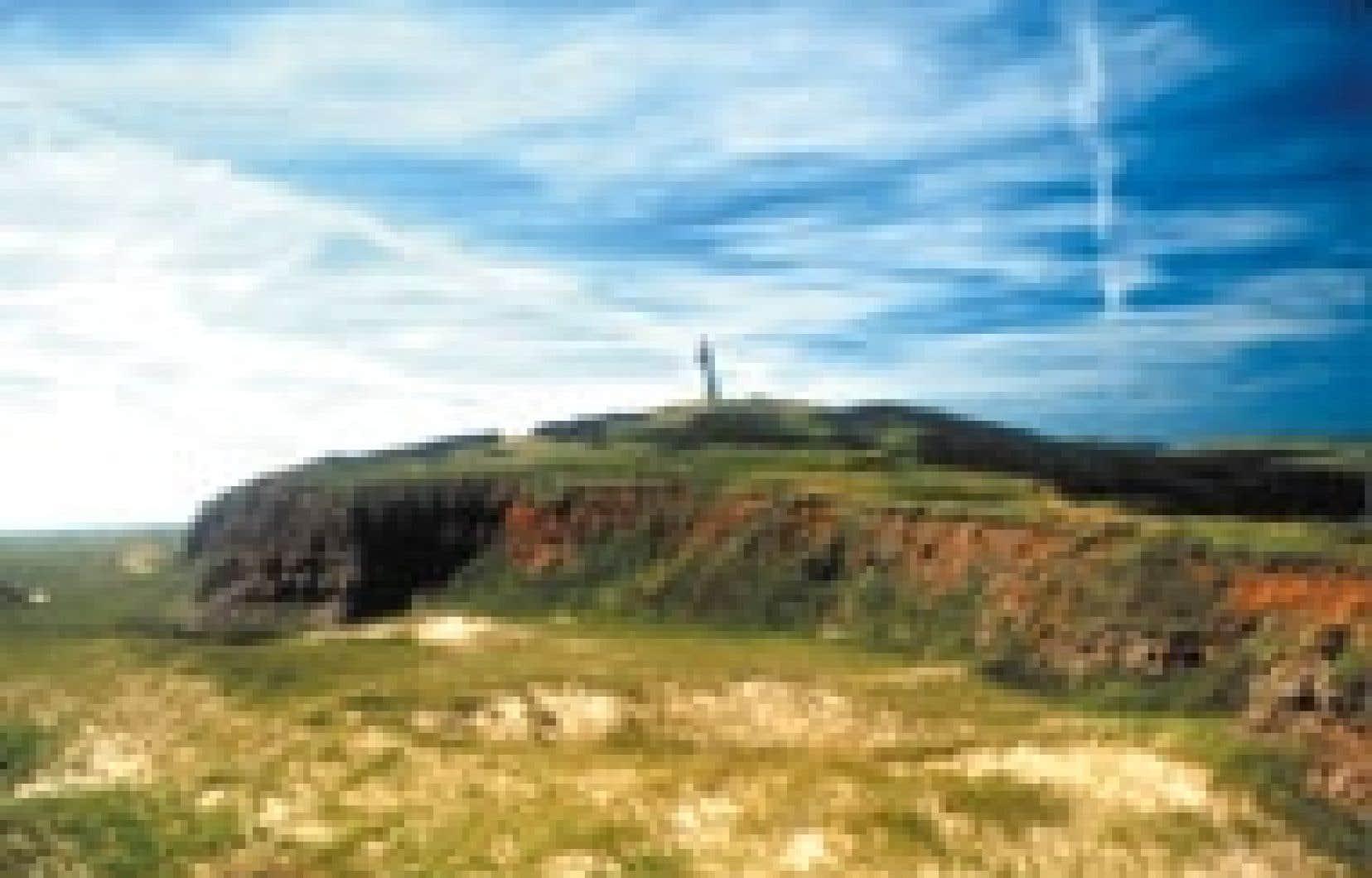 L'île Brion et son phare, vus du cap Noddy, aux îles de la Madeleine.