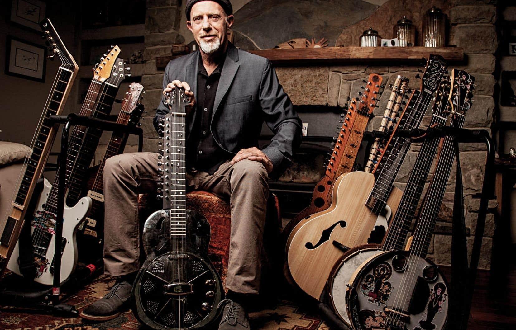 Revoici Harry Manx à Montréal, du 26 au 28juin, pour un vrai festival de cordes avec son croisement de blues et de musique indienne, son banjo, sa guitare construite avec une boîte à cigares et quelques instruments hybrides.