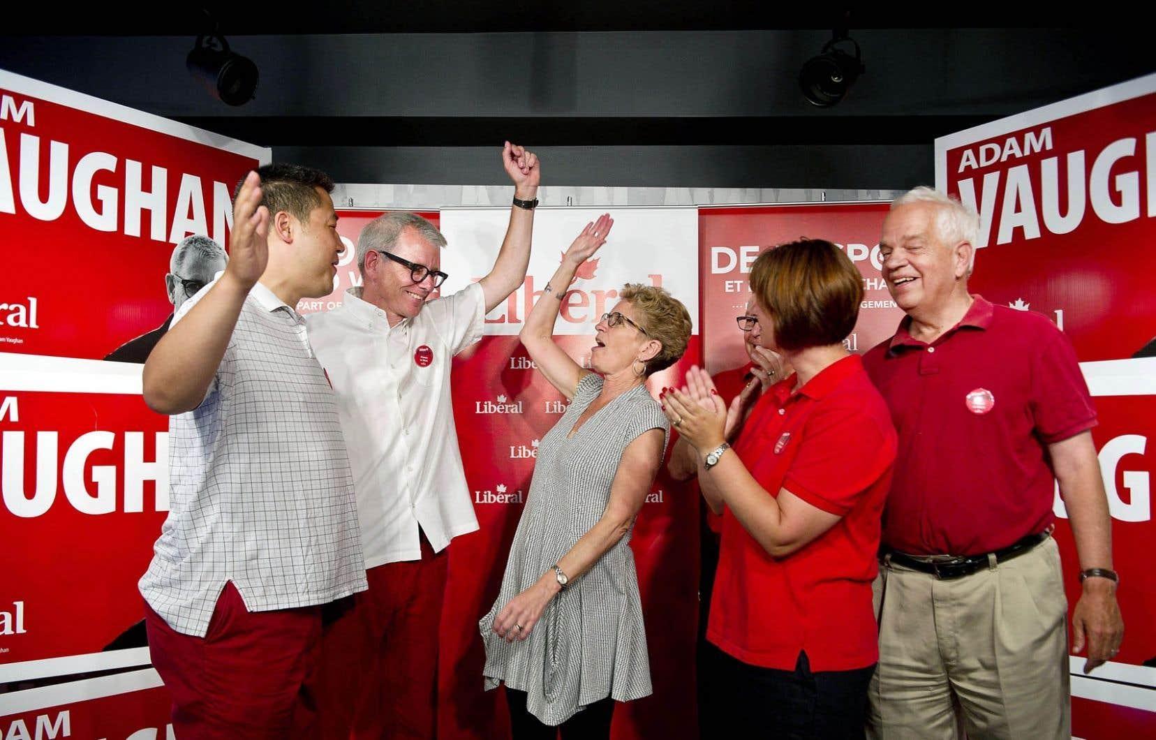 La première ministre libérale ontarienne, Kathleen Wynne (au centre), est venue prêter main-forte au candidat du PLC dans Trinity-Spadina, Adam Vaughan (à gauche de Mme Wynne). La lutte avec le NPD s'annonce chaude dans l'ancienne circonscription d'Olivia Chow.