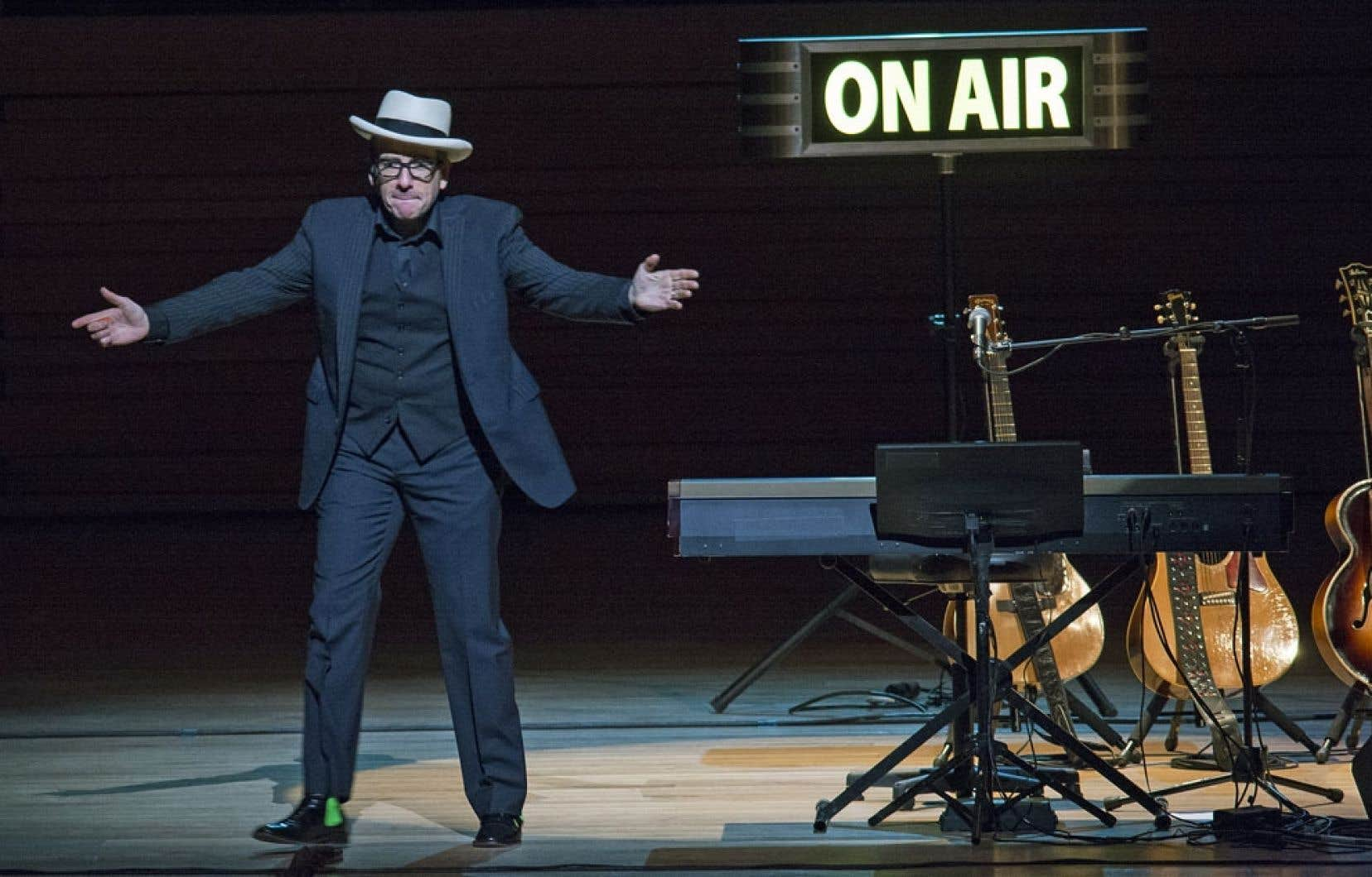 C'est auréolé du Montreal Jazz Festival Spirit Award qu'il s'est présenté ce dimanche à la Maison symphonique, avec ses guitares, son piano, sa voix et ses lunettes: le brillantissime Britannique de la chanson rock, comprenait-on, n'a besoin de rien d'autre pour servir son répertoire.