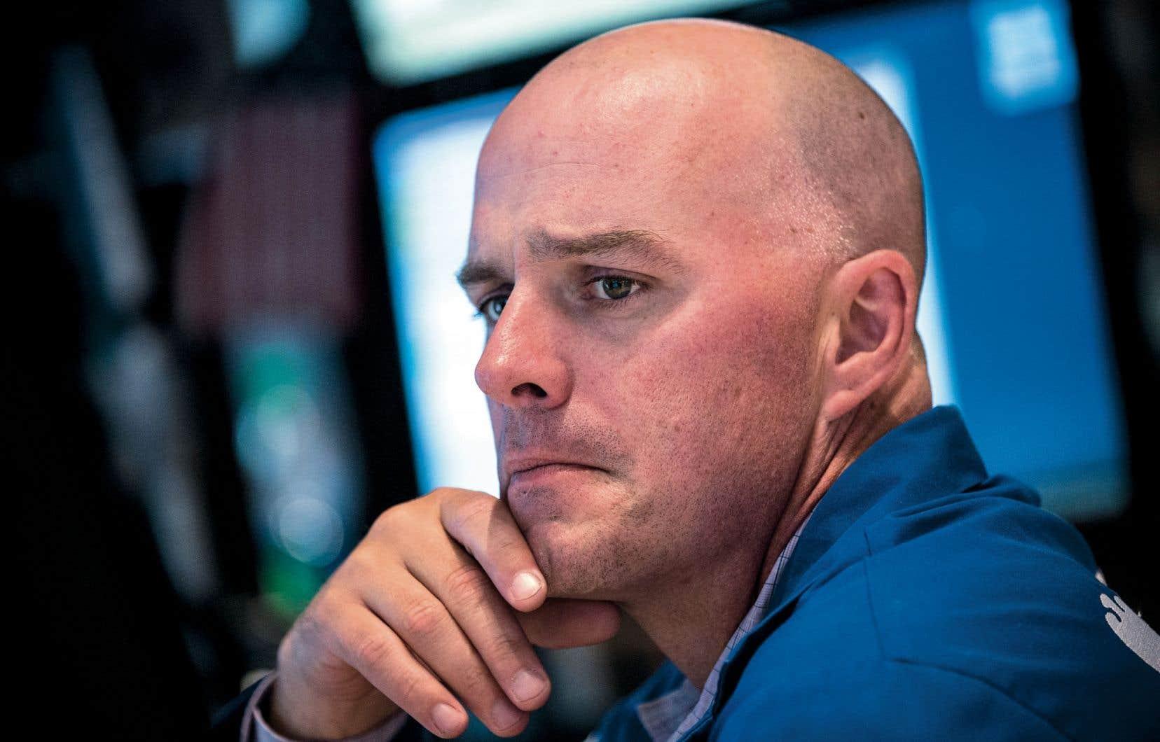 À Wall Street, un courtier semblait dubitatif en voyant l'évolution du Dow Jones qui, jeudi, a franchi la barre des 17 000 points.