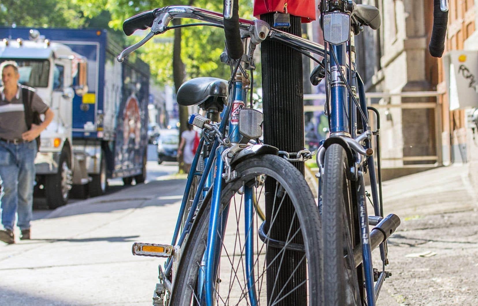 L'article 27 du règlement municipal de la Ville interdit l'usage du mobilier urbain pour attacher son vélo.