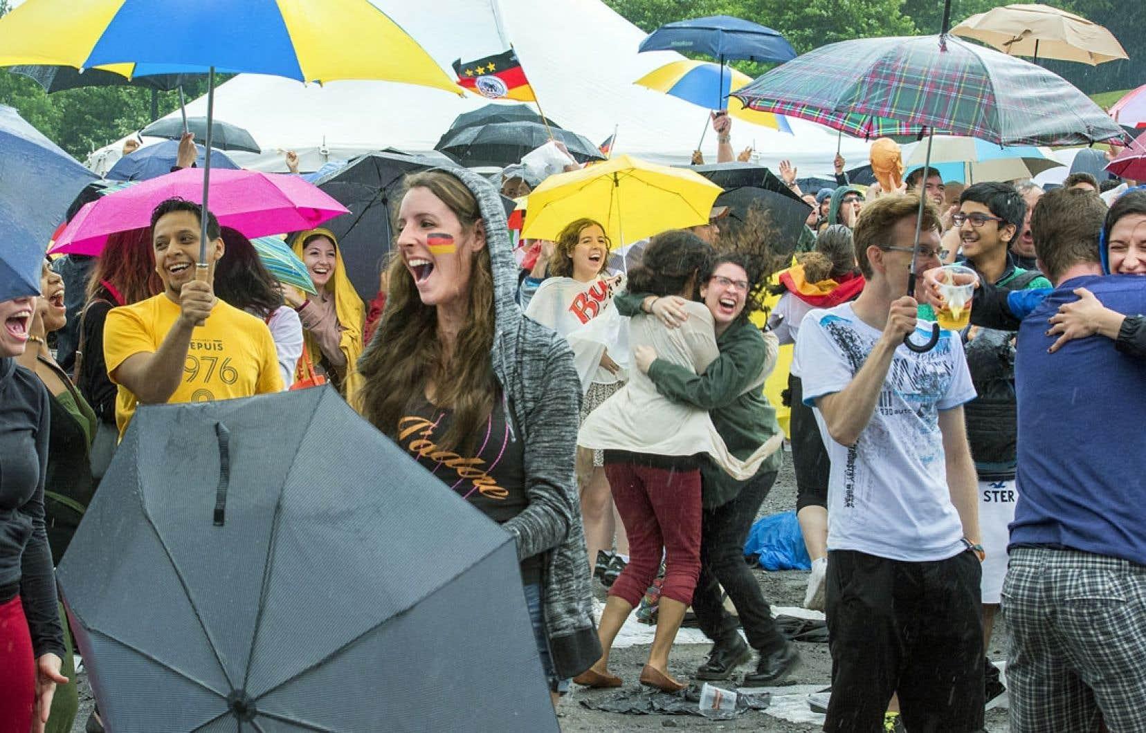 Le temps pluvieux n'a pas empêché les partisans de l'Allemagne de célébrer la victoire de leur équipe au parc Jean-Drapeau, dimanche après-midi, où des écrans géants diffusaient la finale de la Coupe du monde.