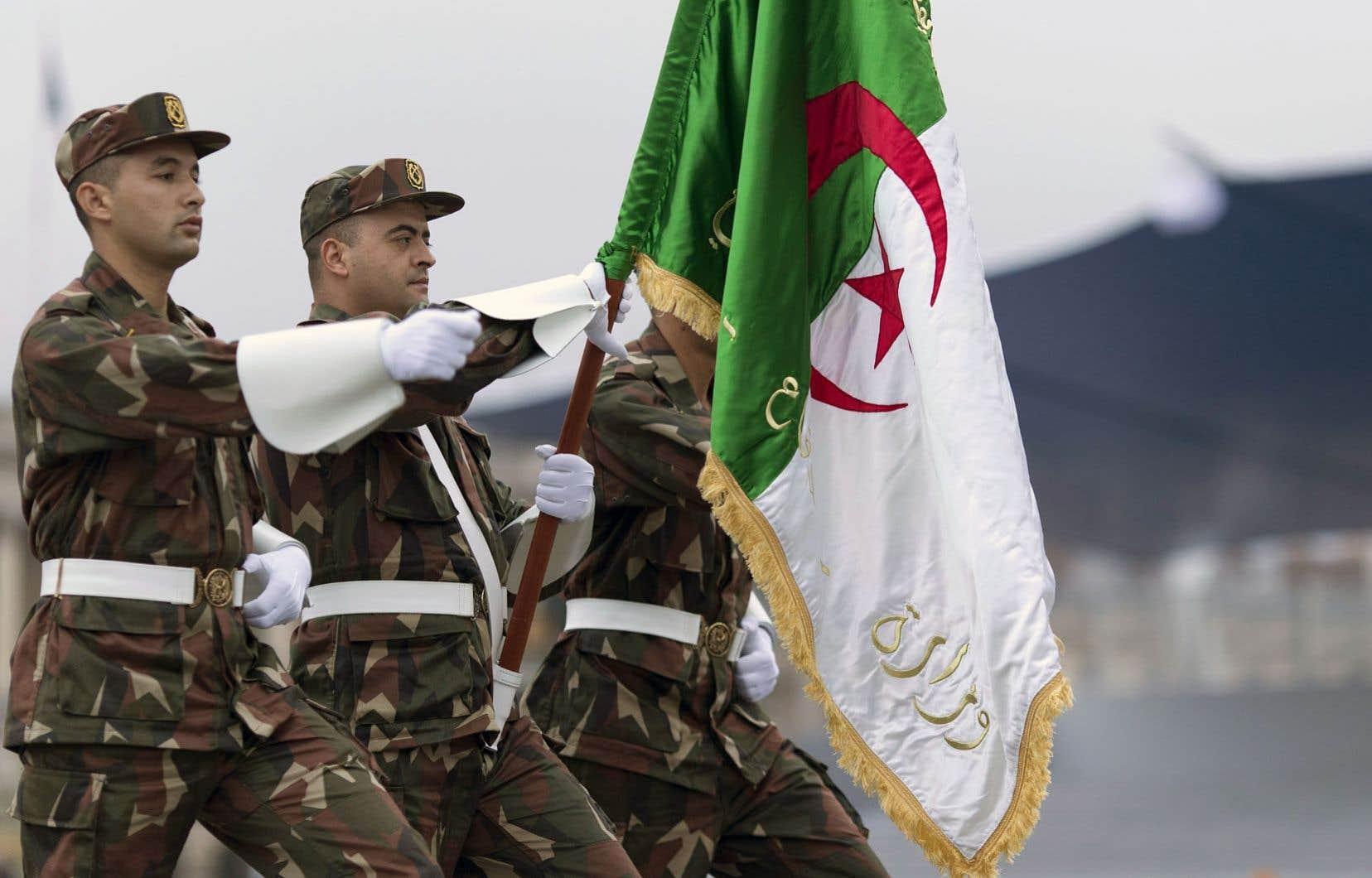 Des soldats algériens paradaient sur les Champs-Élysées, à Paris dimanche, lors d'une répétition générale en vue du défilé de ce lundi.