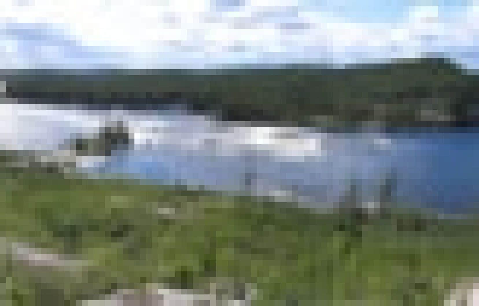 Un barrage de 20 mètres retiendra 70 % de l'eau de la Rupert à cet endroit, connu comme le kilomètre 314. Le niveau ainsi rehaussé pourra franchir la limite nord du bassin versant, sur la gauche de notre photo, et s'écouler vers le bassin de l