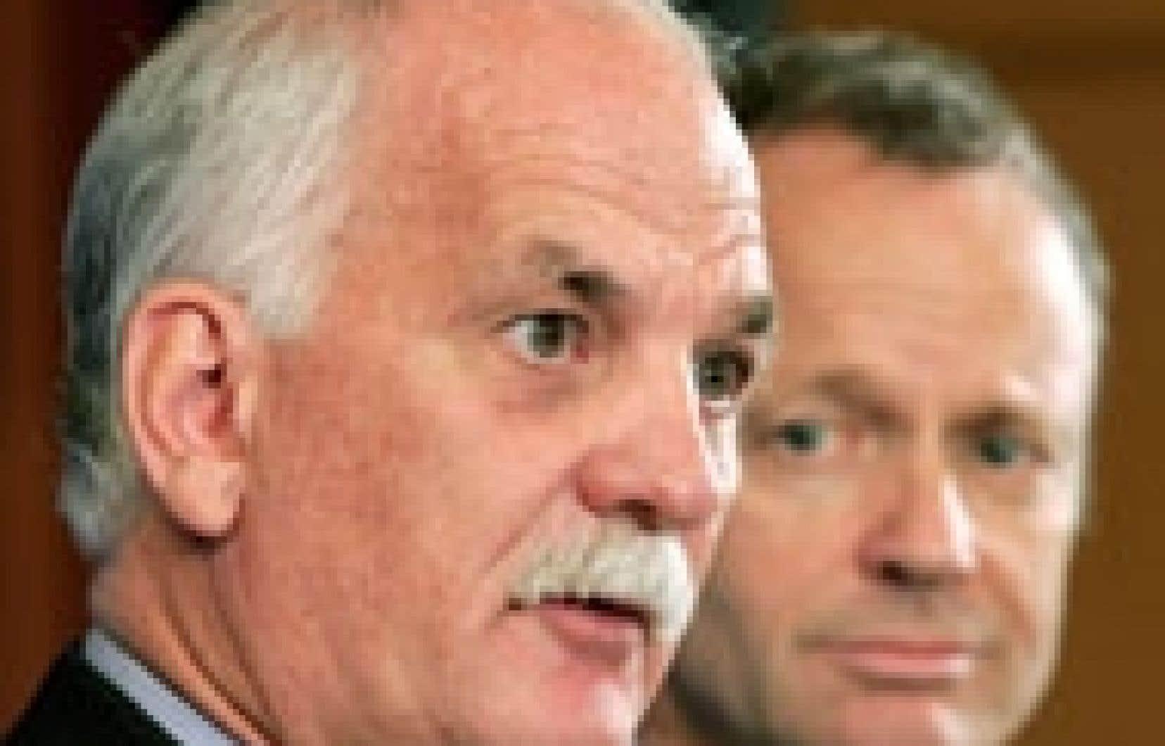 Le ministre de la Justice, Vic Toews, et son collègue de la Sécurité, Stockwell Day.