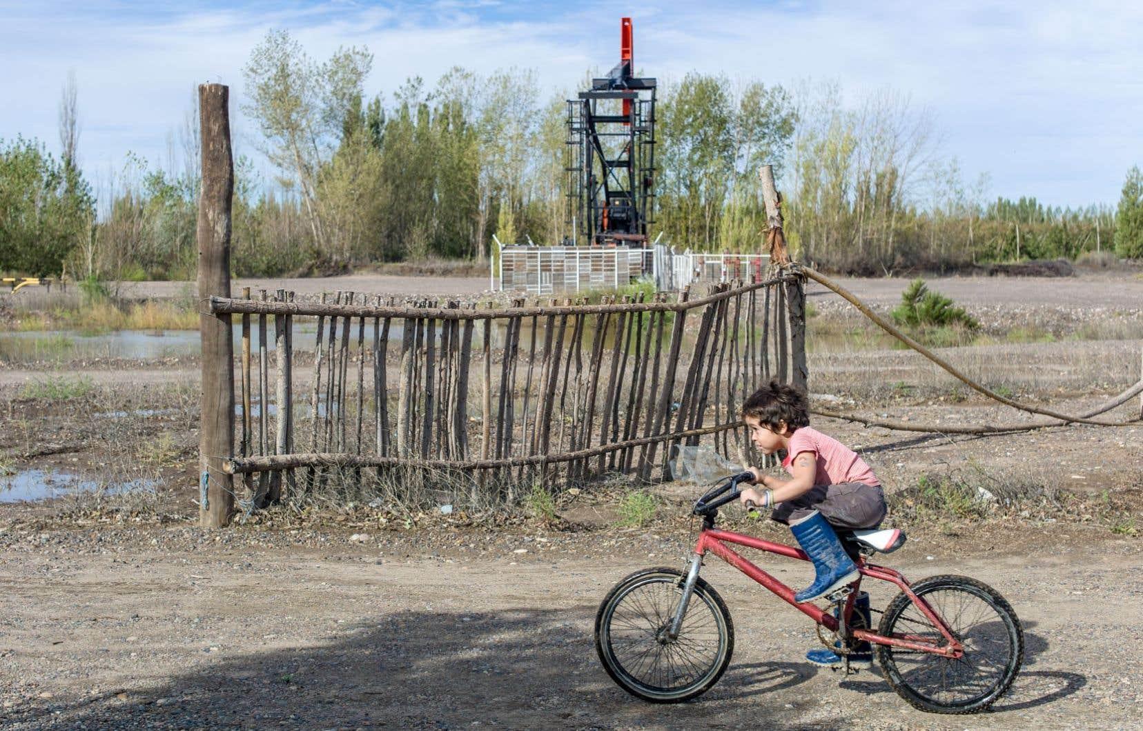 Le petit Emmanuel, cinq ans, grandit dans le sifflement constant d'un pumpjack, foré par Apache à quelque 50 mètres de sa maison.