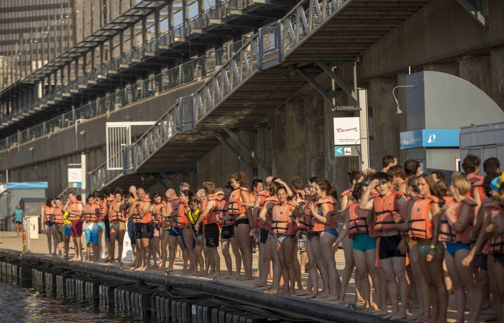 Des dizaines de courageux ont plongé dans le fleuve Saint-Laurent mardi pour démontrer que l'eau de Montréal est propice à la baignade et qu'il serait temps que la Ville libère ses berges.