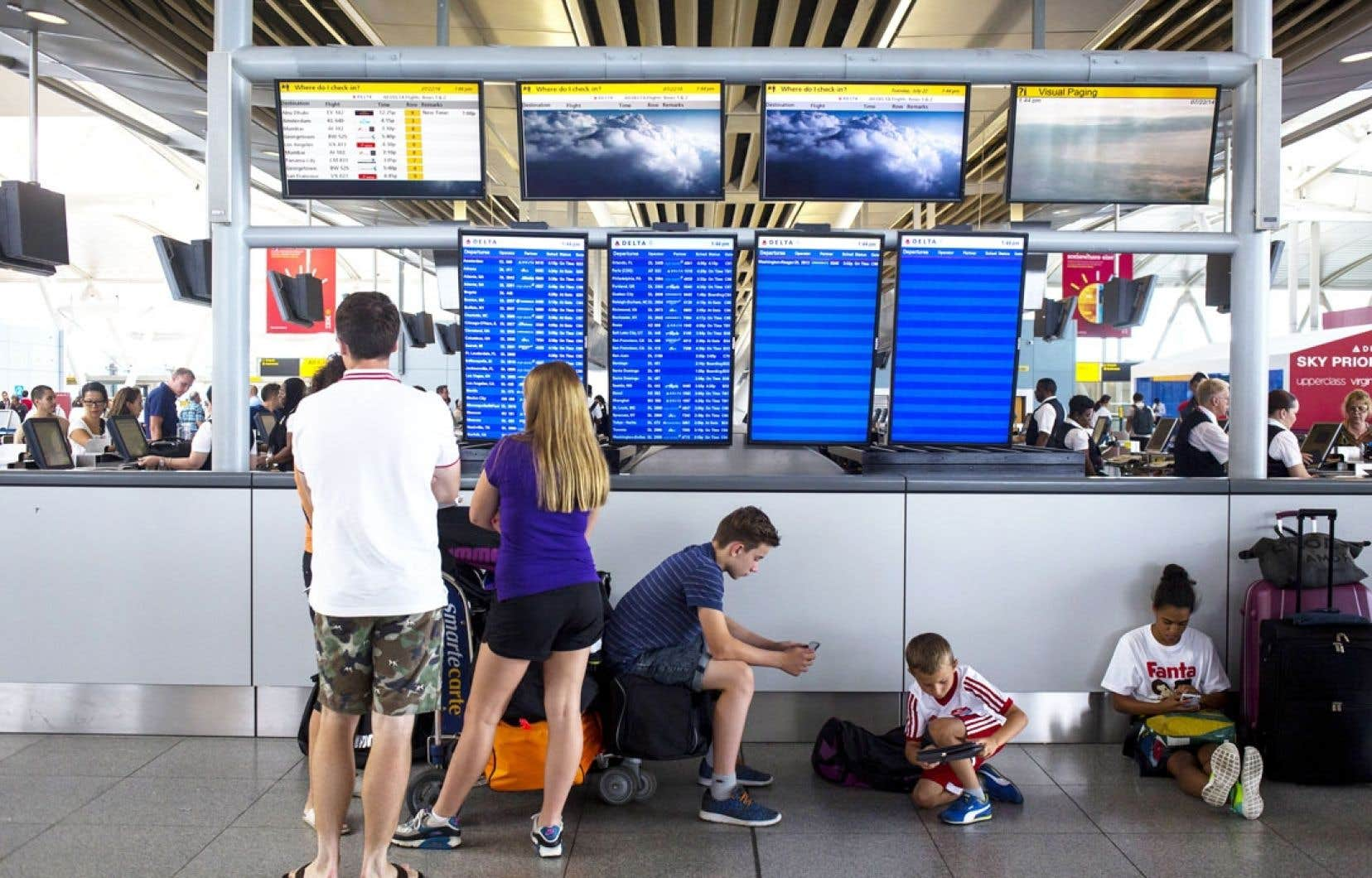 Des voyageurs en attente à l'aéroport John F. Kennedy de New York mardi. Les vols à destination de Tel-Aviv ont été annulés.