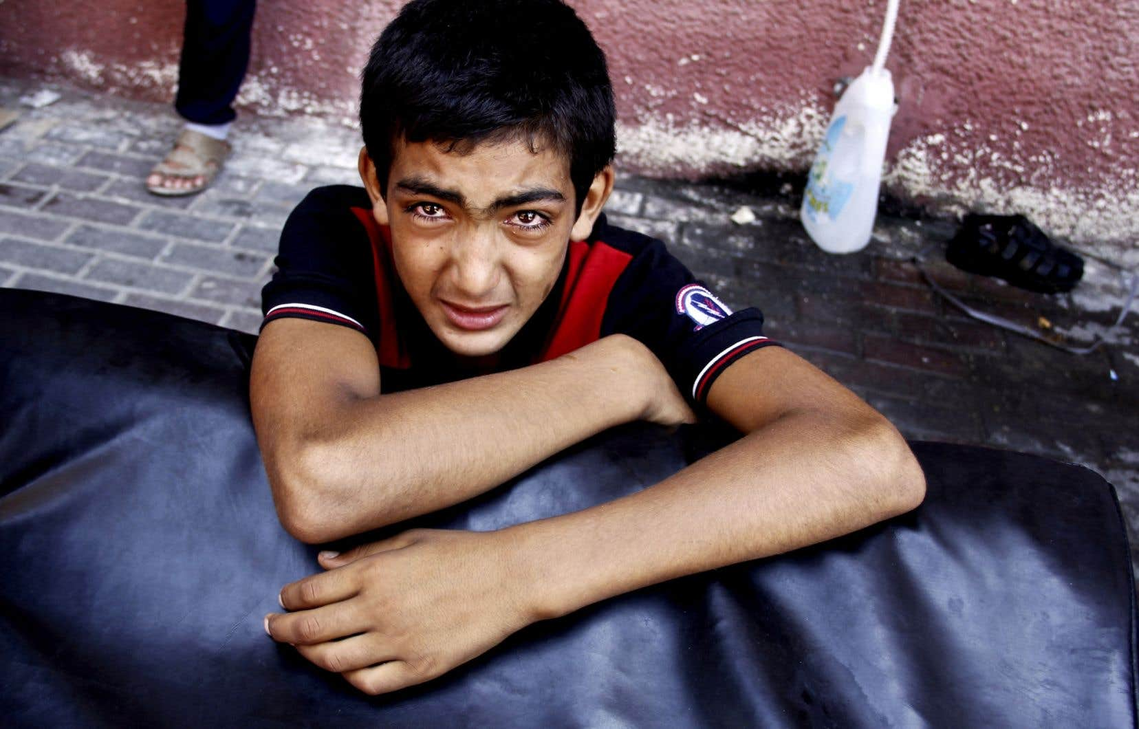 Ce jeune garçon était sous le choc après que des membres de sa famille eurent été blessés dans les bombardements de jeudi à Gaza.
