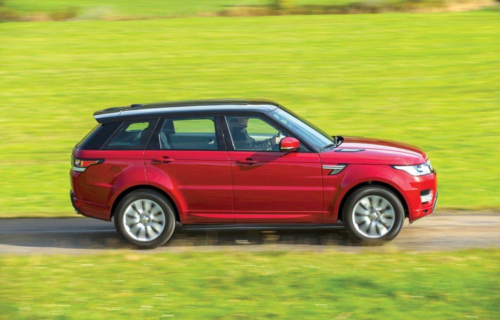 Le Range Rover Sport se différencie du Range Rover par ses dimensions réduites et, conséquemment, son poids inférieur. Il possède aussi des réglages de suspension plus fermes et des pneus plus larges.