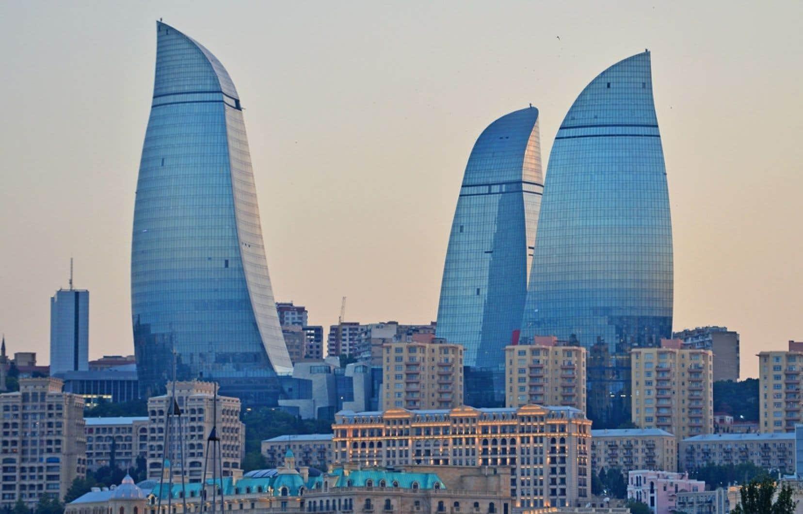 Le complexe résidentiel des Flame Towers, construit près d'une mosquée à Bakou, capitale de l'Azerbaïdjan.