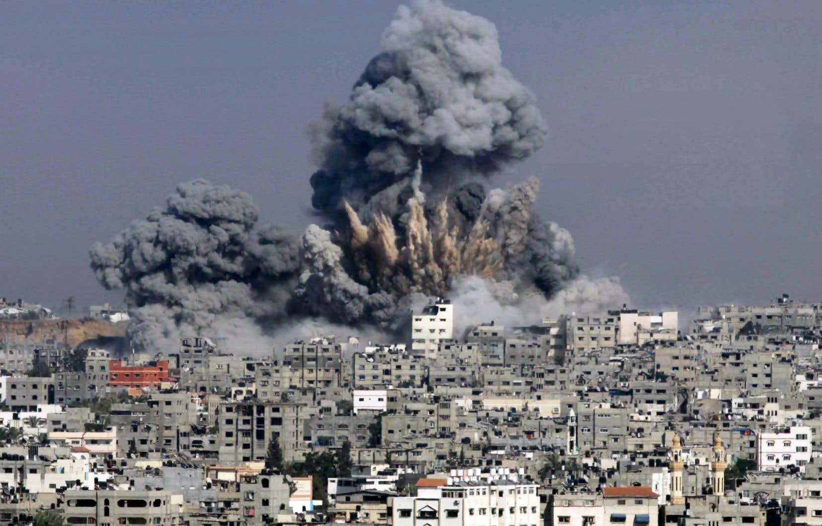 La fumée était dense mardi à Gaza, qui a essuyé son lot de raids de l'armée israélienne.
