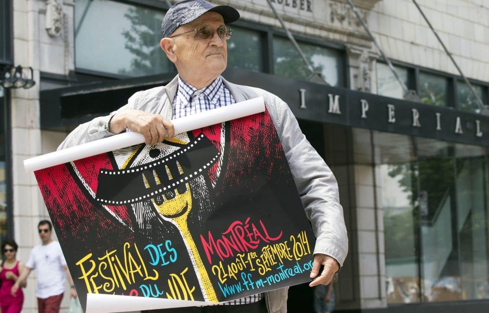Serge Losique, président du Festival des films du monde, devant le Cinéma Impérial.