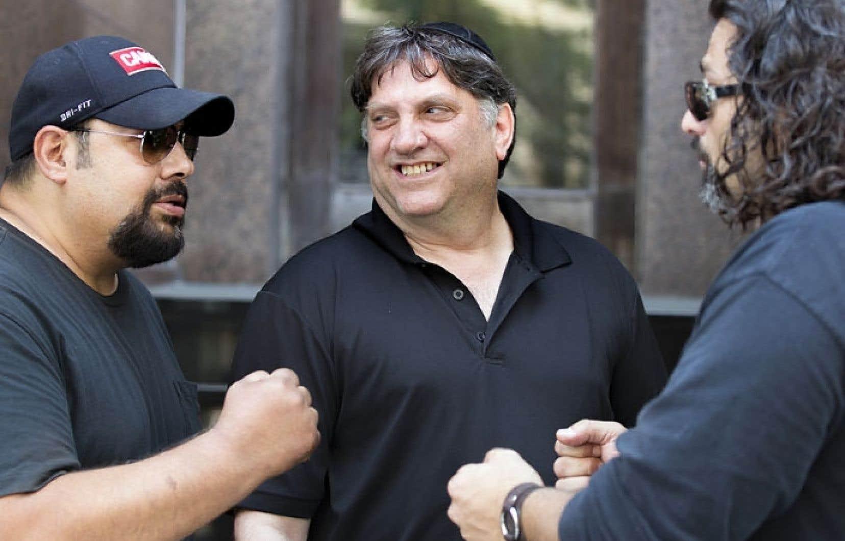N'approche pas le directeur de la LDJ canadienne qui veut. Des hommes à l'allure imposante filtrent les interlocuteurs de Meir Weinstein (au centre).