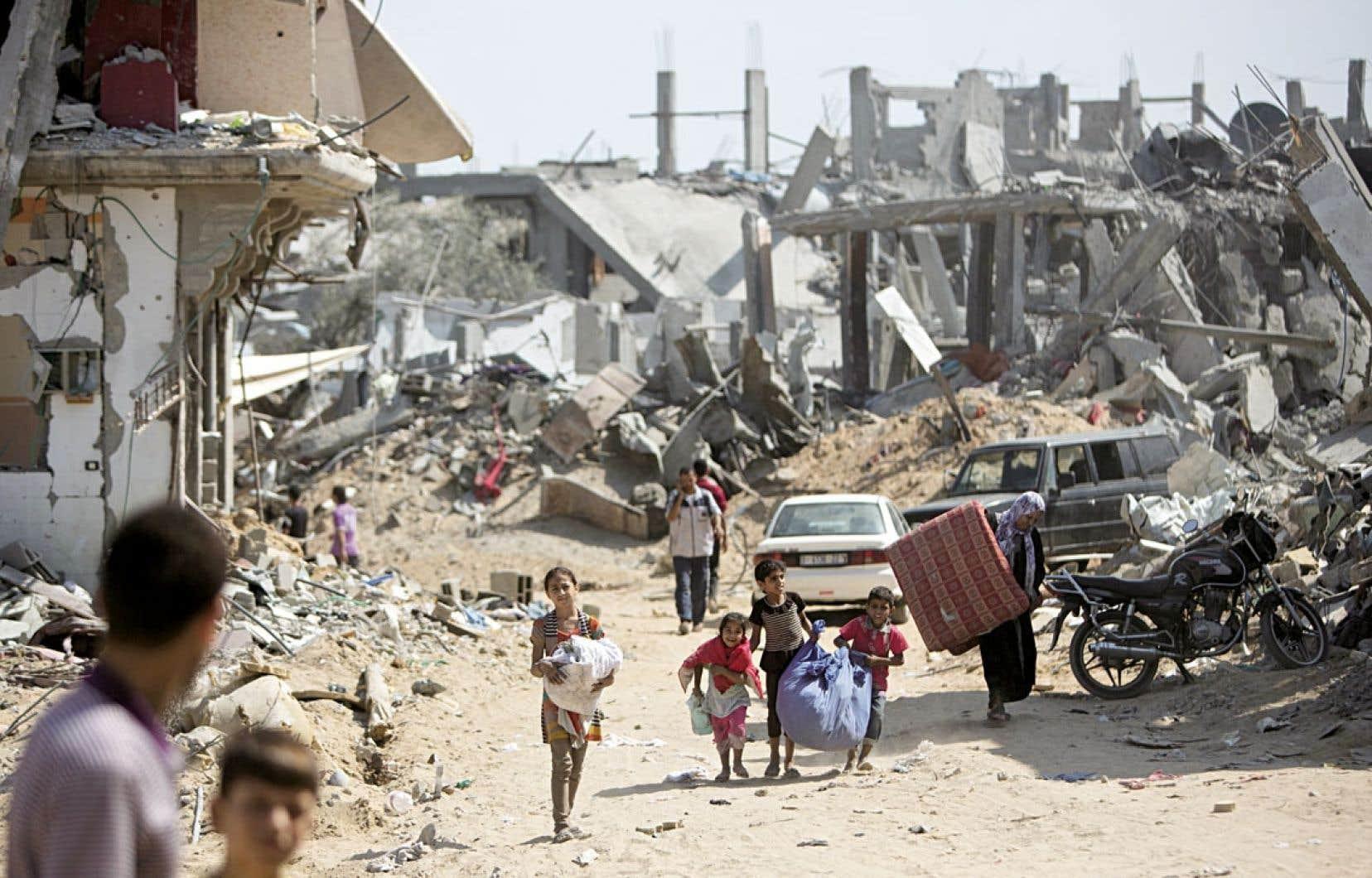 Le conflit actuel n'est pas tant une guerre entre Israël et le Hamas qu'une guerre contre la population civile palestinienne, soutient Rachad Antonius. Ci-dessus, des Palestiniens ont profité de la trêve mercredi pour récupérer quelques objets de bâtiments dans la bande de Gaza.