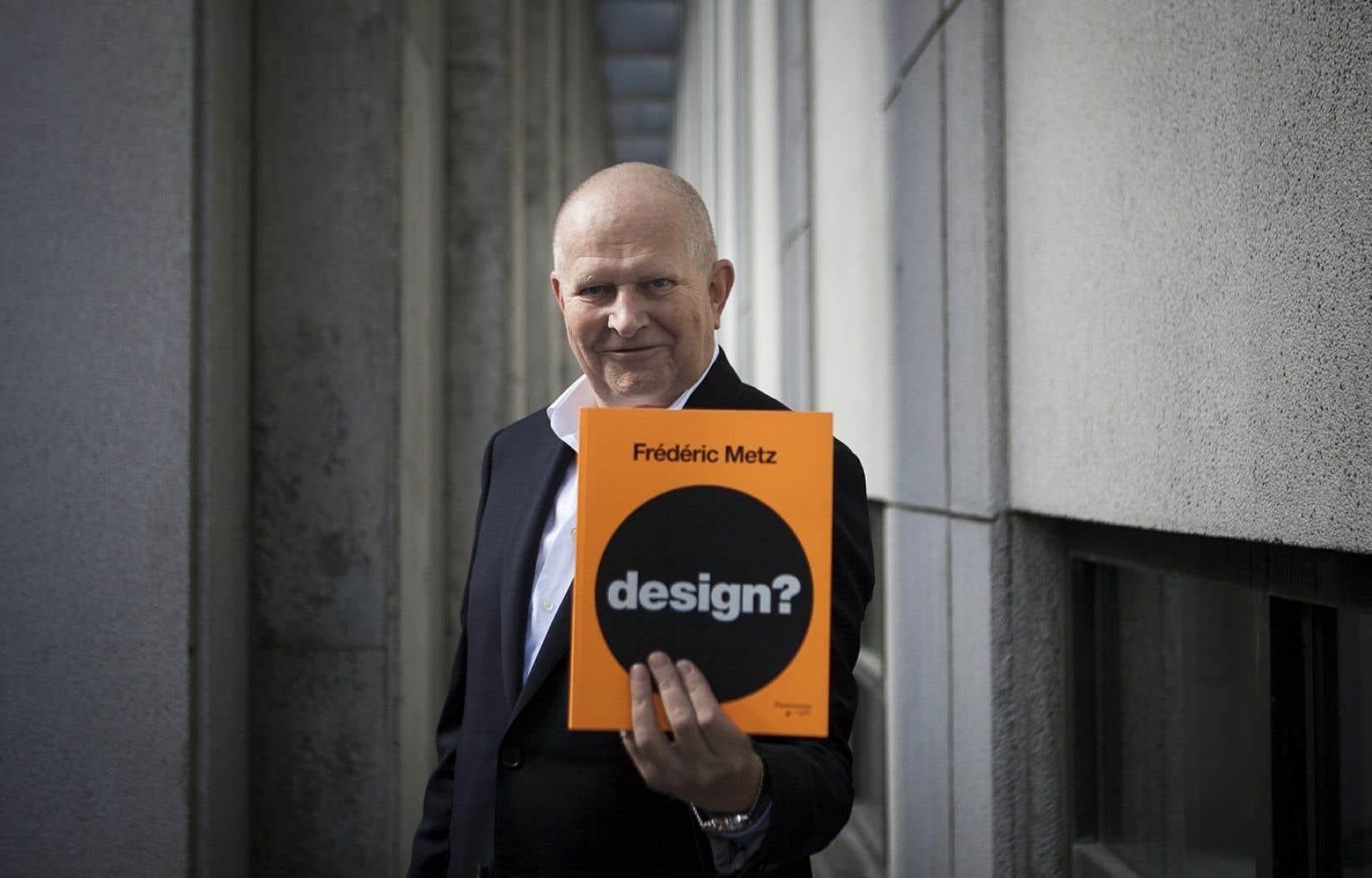Frédéric Metz et son dernier livre, <em>Design?</em>, publié en 2012.