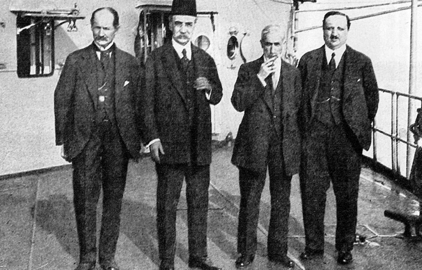 Les quatre signataires ottomans du Traité de Sèvres: Riza Tevfik, Damat Ferid Pasa (grand vizir), Hadi Pasa (ambassadeur) et Reid Halis (ministre de l'Éducation). Les morceaux de l'Empire ottoman, après sa chute, ont formé les différents pays du Moyen-Orient.