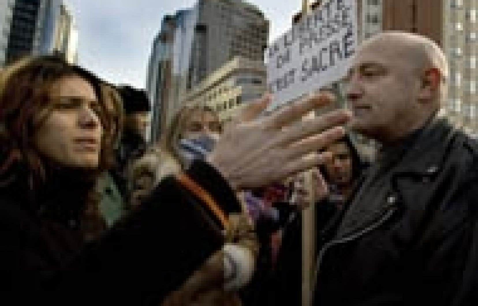 Un groupe de citoyens défendant le caractère «sacré» de la liberté de presse a tenu une contre-manifestation hier, au centre-ville de Montréal, alors que défilaient environ un millier de personnes protestant contre les caricatures du prophète Ma