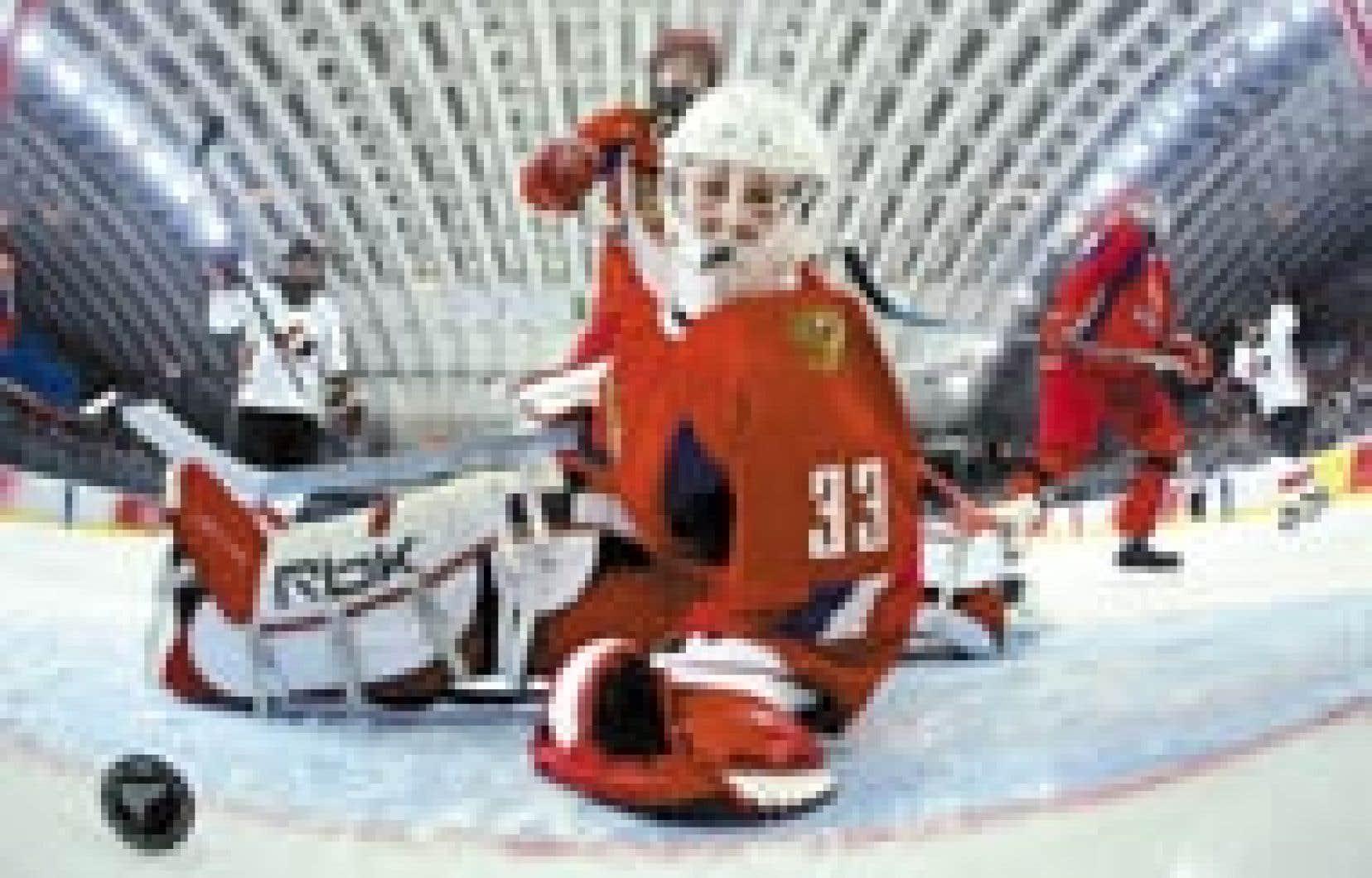 L'équipe canadienne de hockey féminin, grande favorite du tournoi olympique (avec les États-Unis), a poursuivi sa foudroyante marche vers la finale hier en dominant la Russie par la marque de 12 à 0. Nadezhda Aleksandrova (sur la photo), a pris la