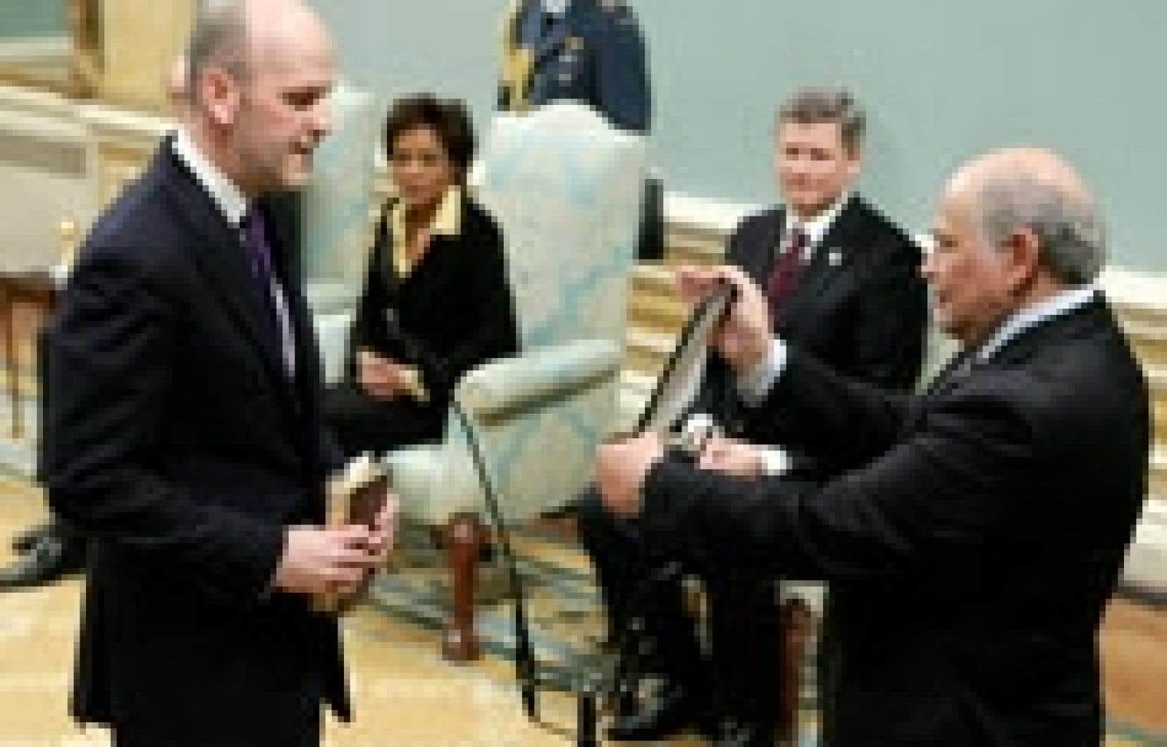 Michael Fortier au moment de prêter serment à titre de ministre des Travaux publics.