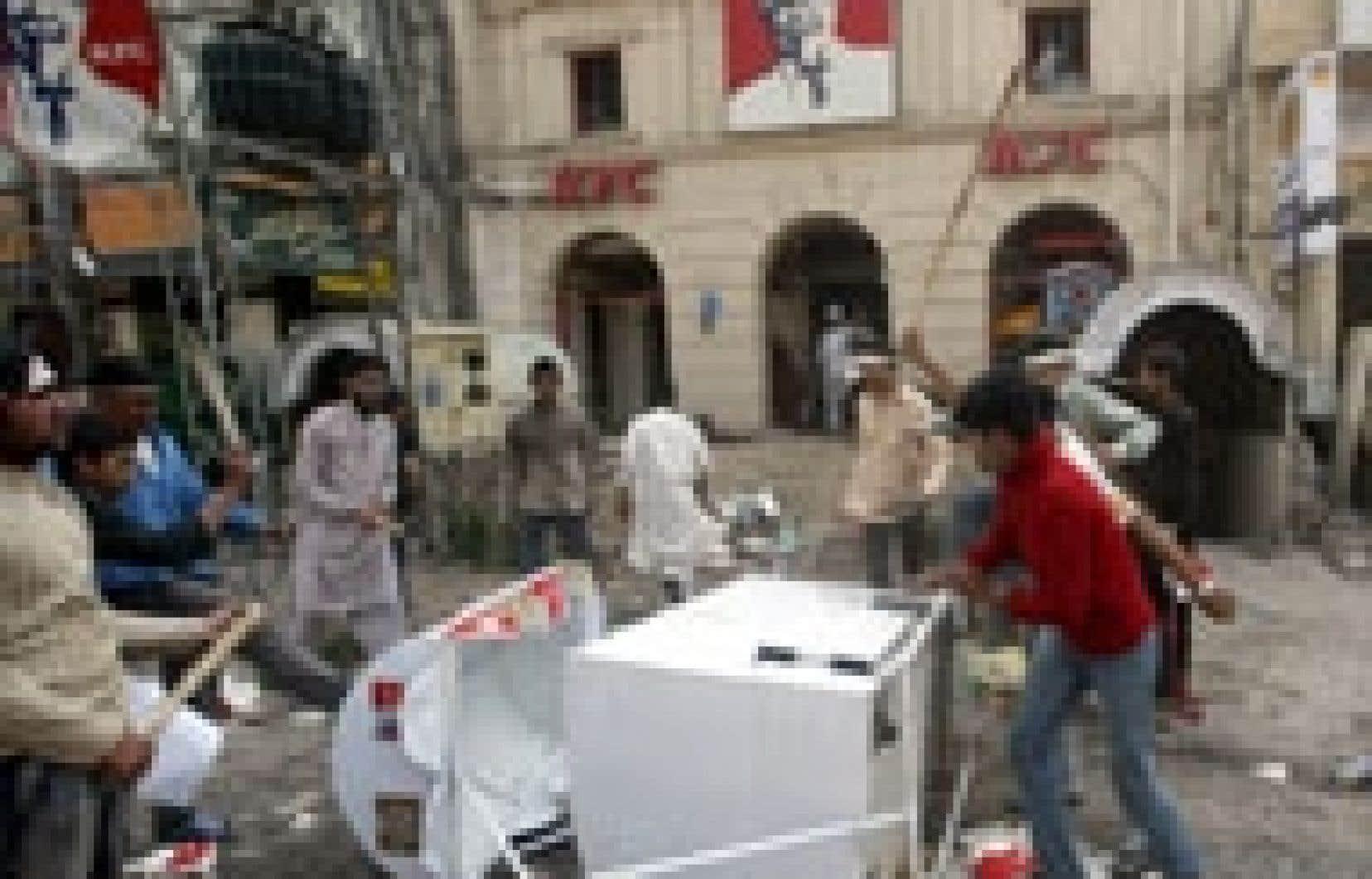 Les manifestations anti-occidentales se sont poursuivies hier dans plusieurs pays, notamment au Pakistan: des musulmans outrés qu'on ait caricaturé le prophète Mahomet ont vandalisé un restaurant de la chaîne PFK.