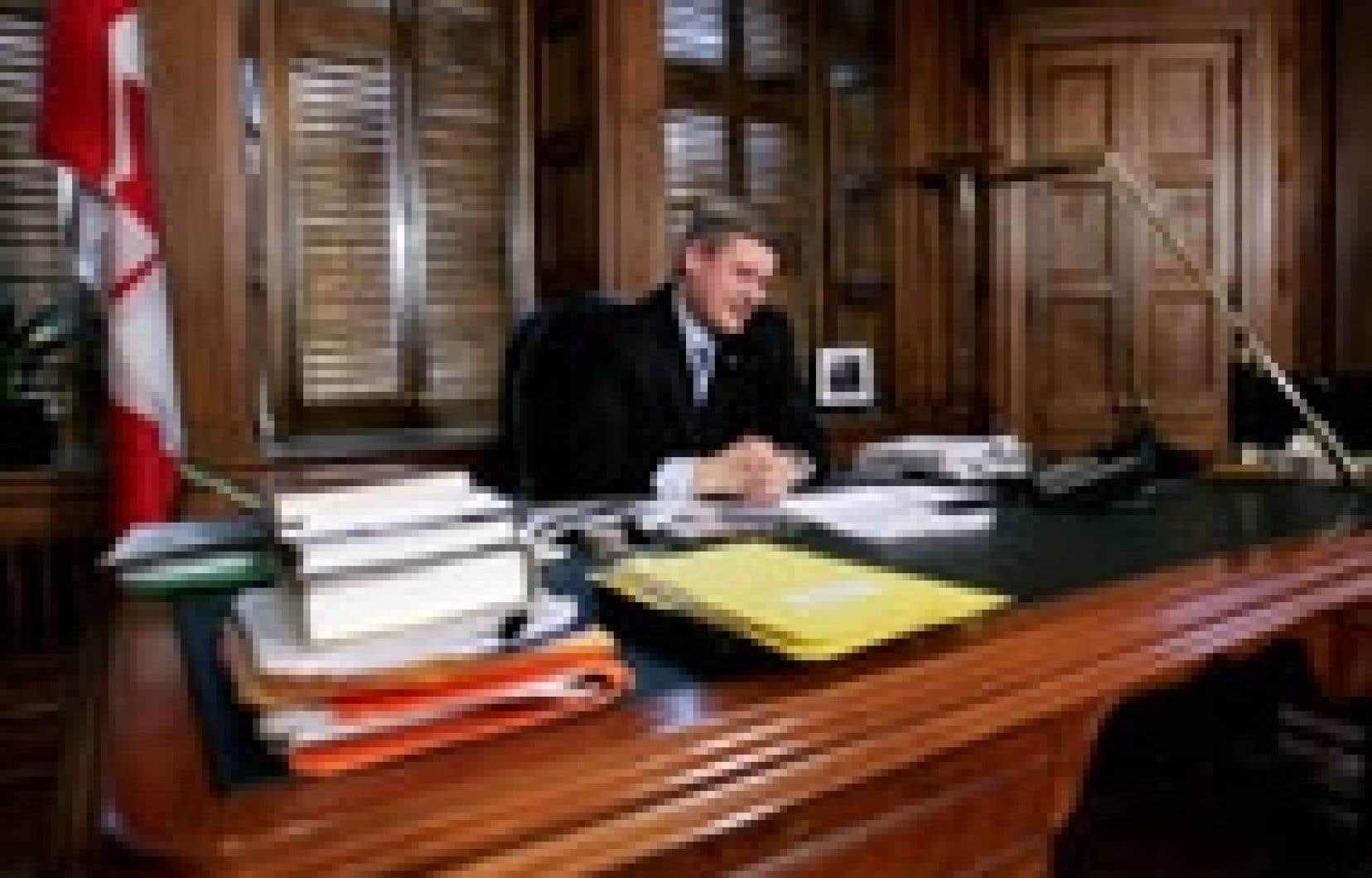Stephen Harper s'est laissé photographier dans son nouveau bureau de premier ministre. Mais il faudra attendre un peu pour voir la famille Harper dans sa nouvelle résidence du 24 Sussex puisque les nouveaux locataires de la résidence de fonction n