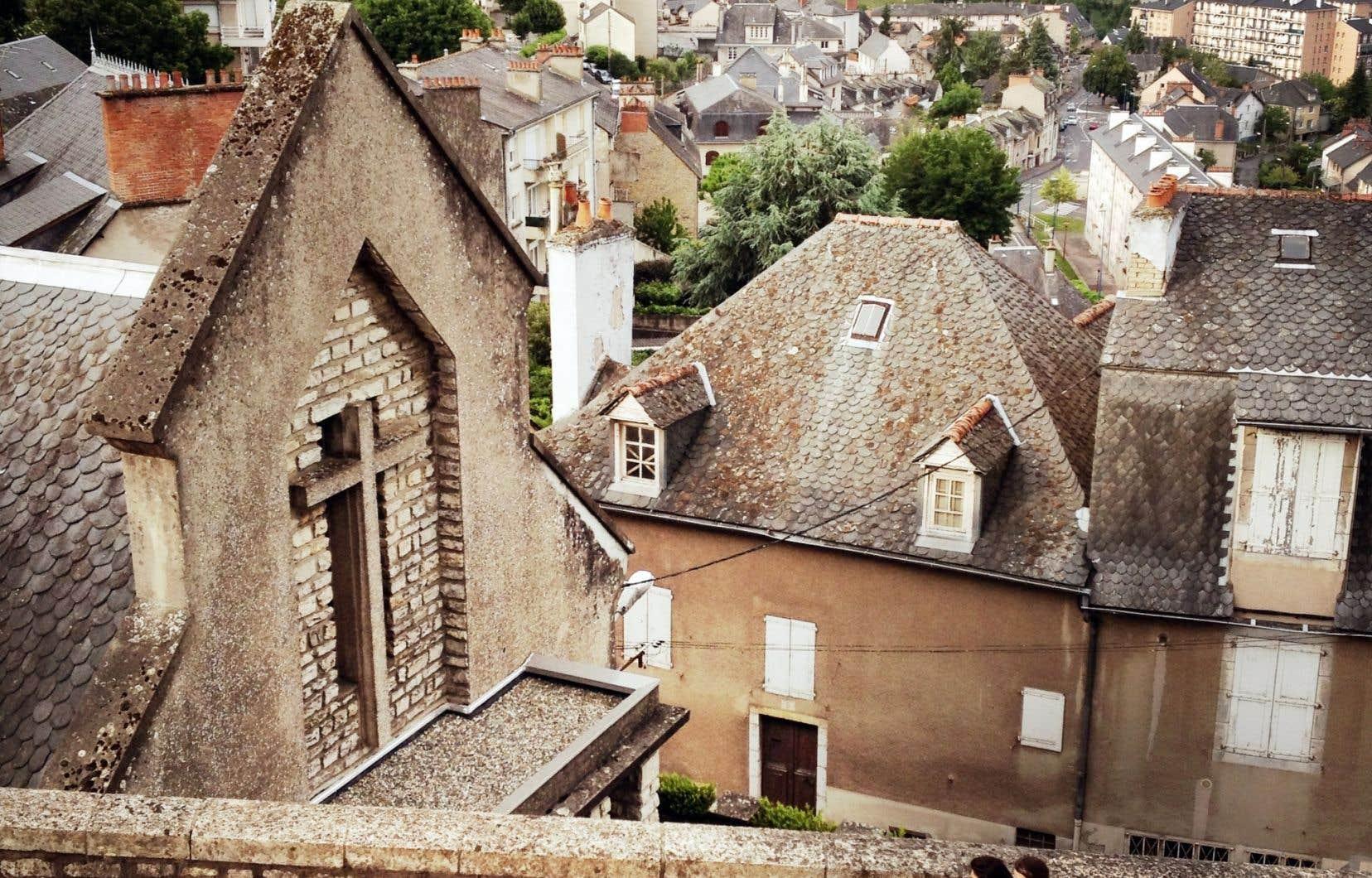 Rodez est une petite ville du sud-ouest de la France. Ci-dessous: des visiteurs du musée devant un tableau de la période outrenoir du peintre Pierre Soulages. Sur la surface intégralement noire du tableau, les reflets de la lumie?re animent la partie peinte.