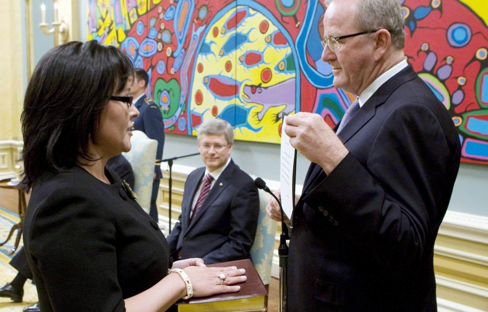 L'ex-greffier du Conseil privé, Wayne Wouters, fait prêter serment à la ministre Leona Aglukkaq en 2011.