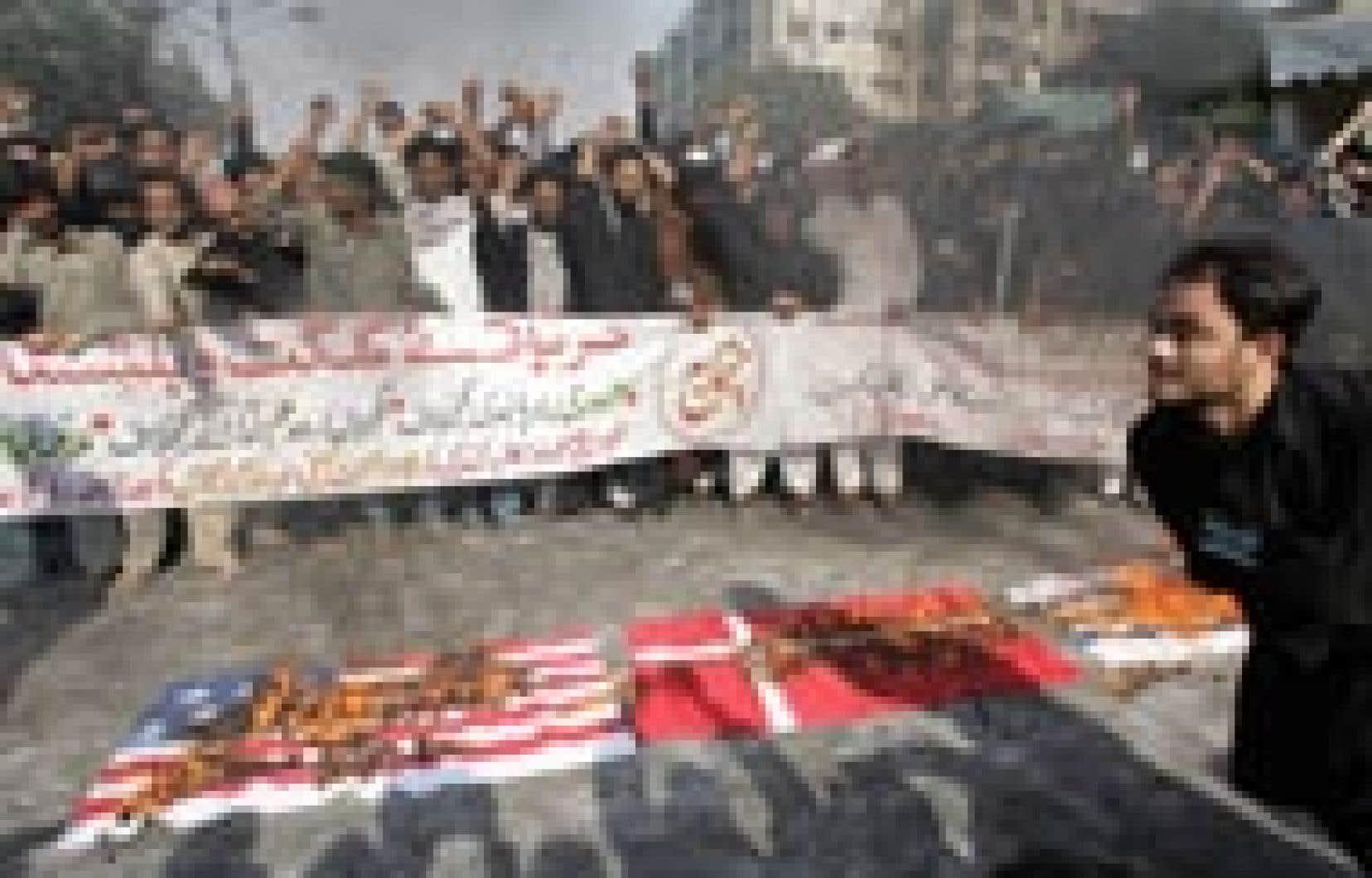Des drapeaux danois, israéliens et américains ont été brûlés à Karachi, au Pakistan.