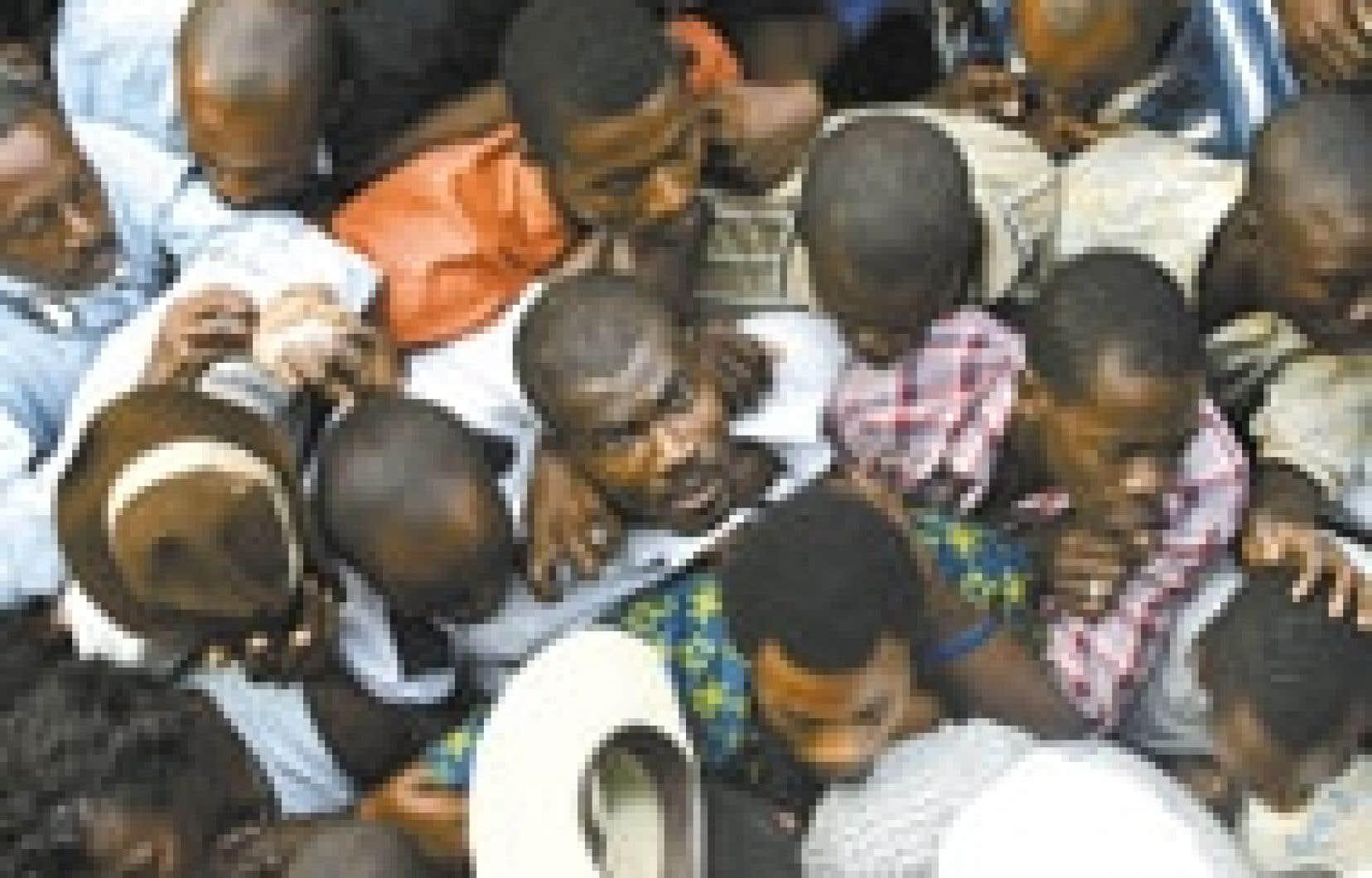 Des Haïtiens attendent dans la cohue le moment d'exprimer leurs votes.