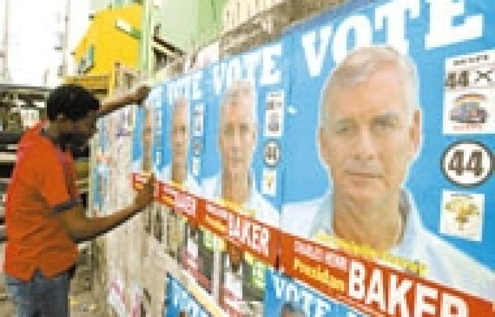 Sur un mur de Port-au-Prince, des affiches de Charles-Henri Baker, candidat à la présidence.
