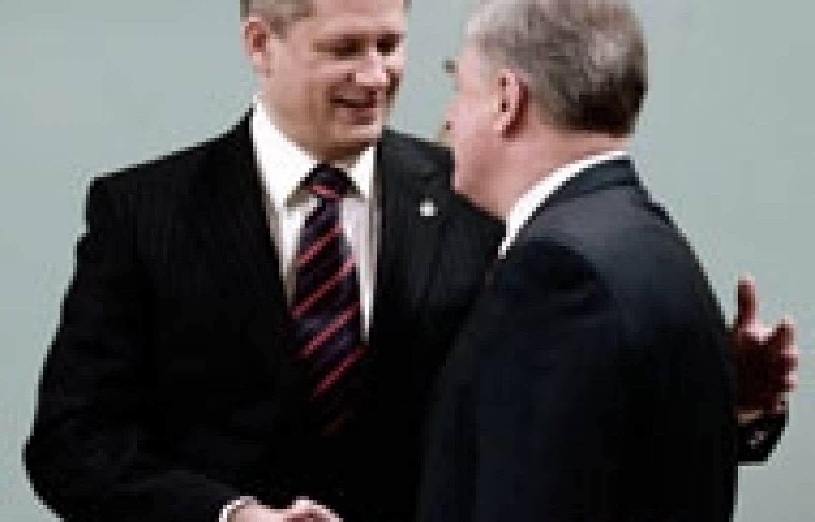 Le premier ministre Stephen Harper accueille son ministre du Commerce international qui était jusqu'à hier ministre libéral de l'Industrie.