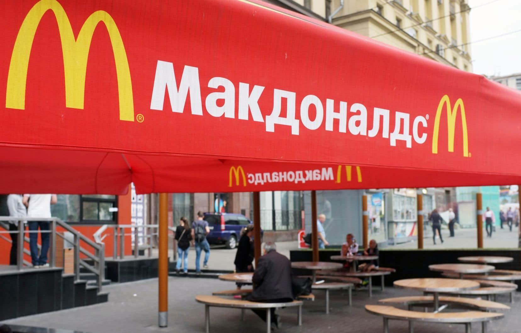 Des Moscovites sont assis à la terrasse du restaurant McDonald's de la place Pouchkine, fermé par les autorités russes.
