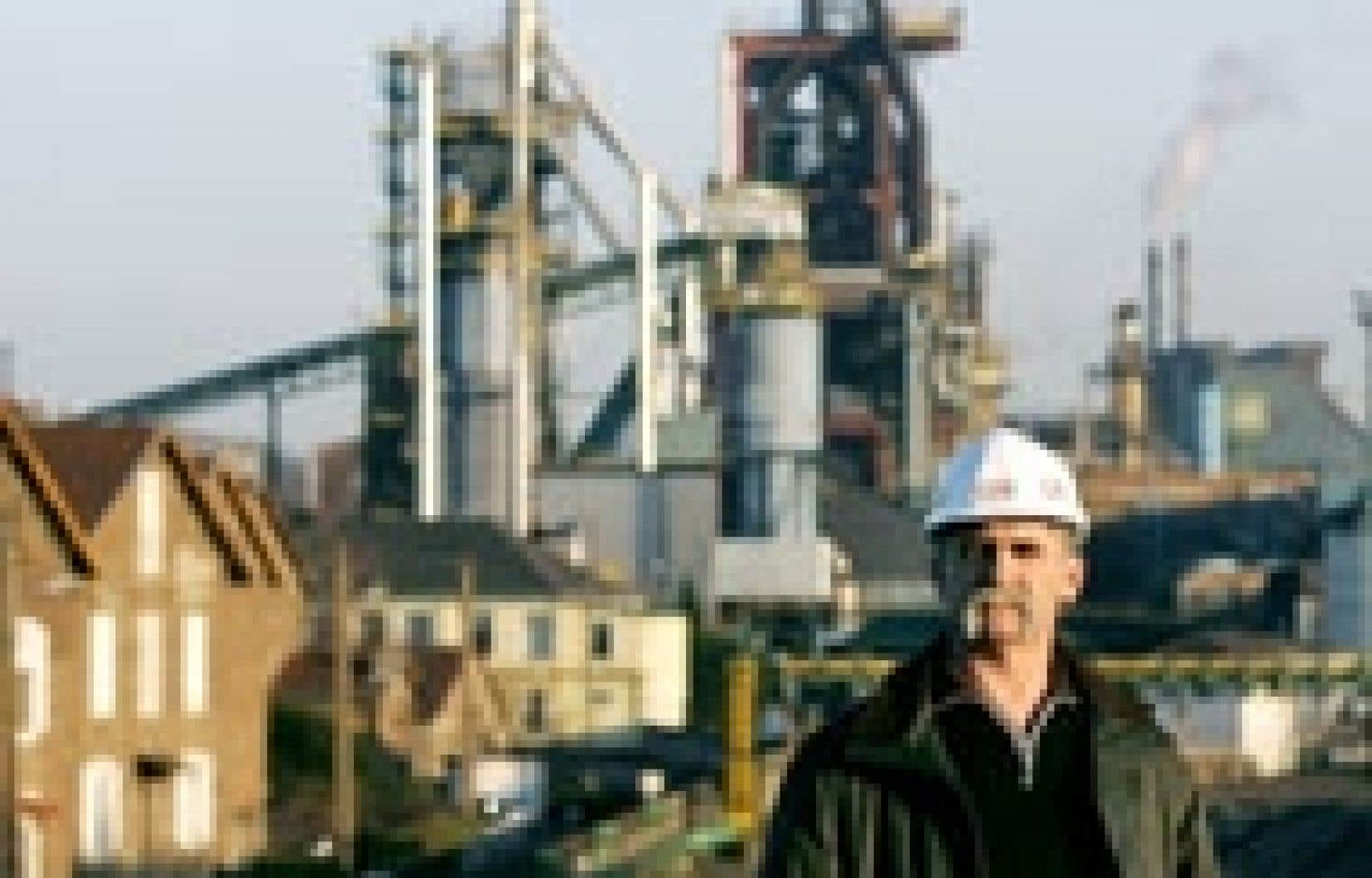 Un ouvrier pose devant les installations d'Arcelor dans l'est de la France. La sidérurgie a dû faire face récemment en Europe à une restructuration très coûteuse et douloureuse socialement.
