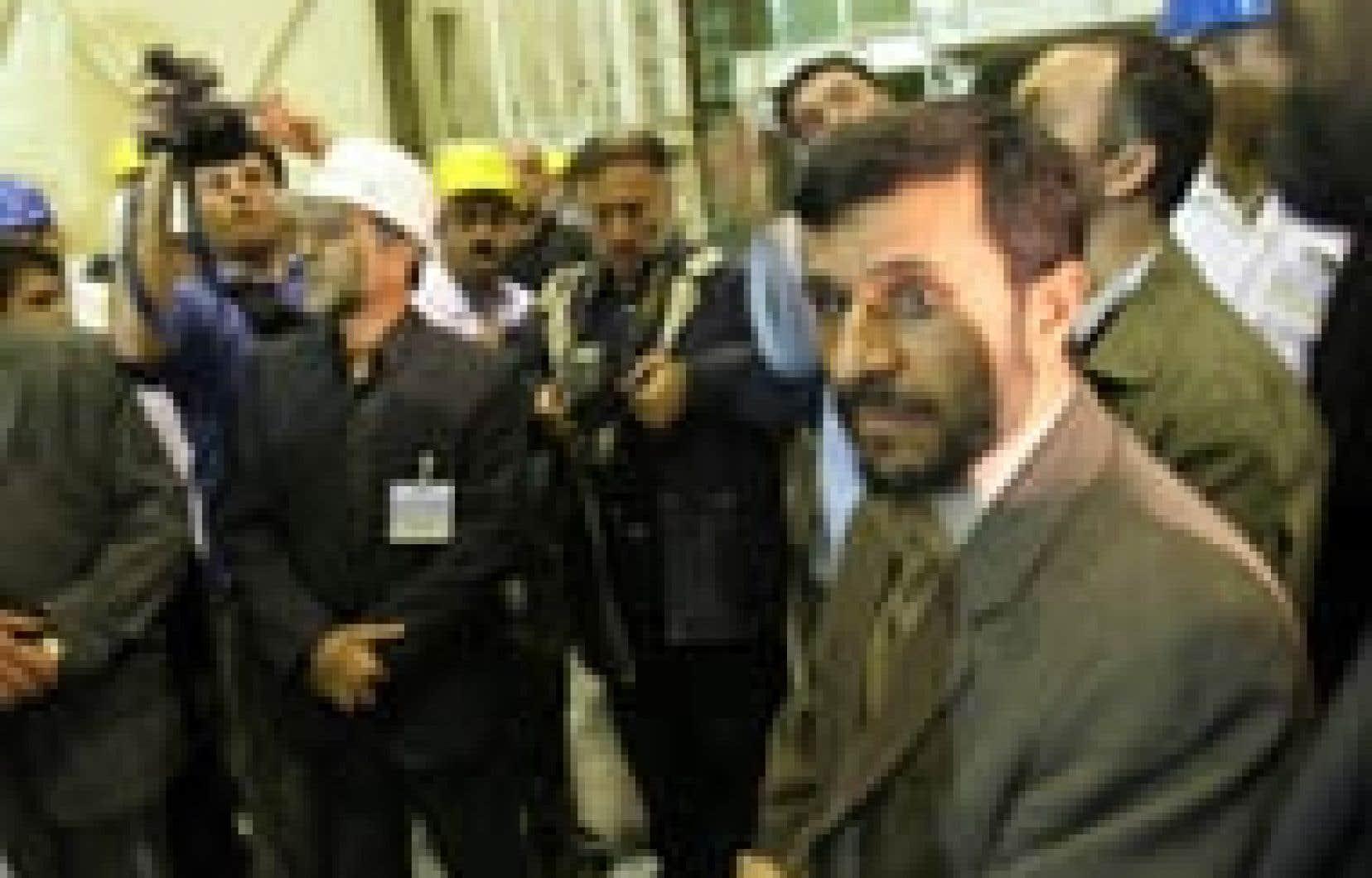 Le président iranien Mahmoud Ahmadinejad (à droite) a visité hier la centrale de Bushehr.