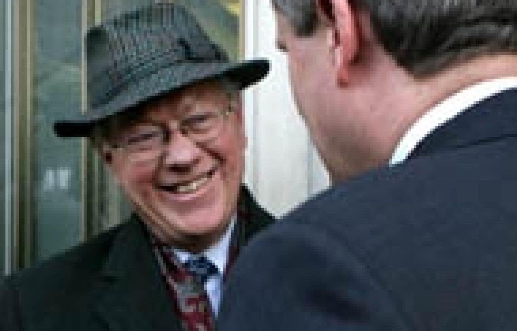 Le commissaire John Gomery échange quelques mots avec le premier ministre désigné, Stephen Harper.
