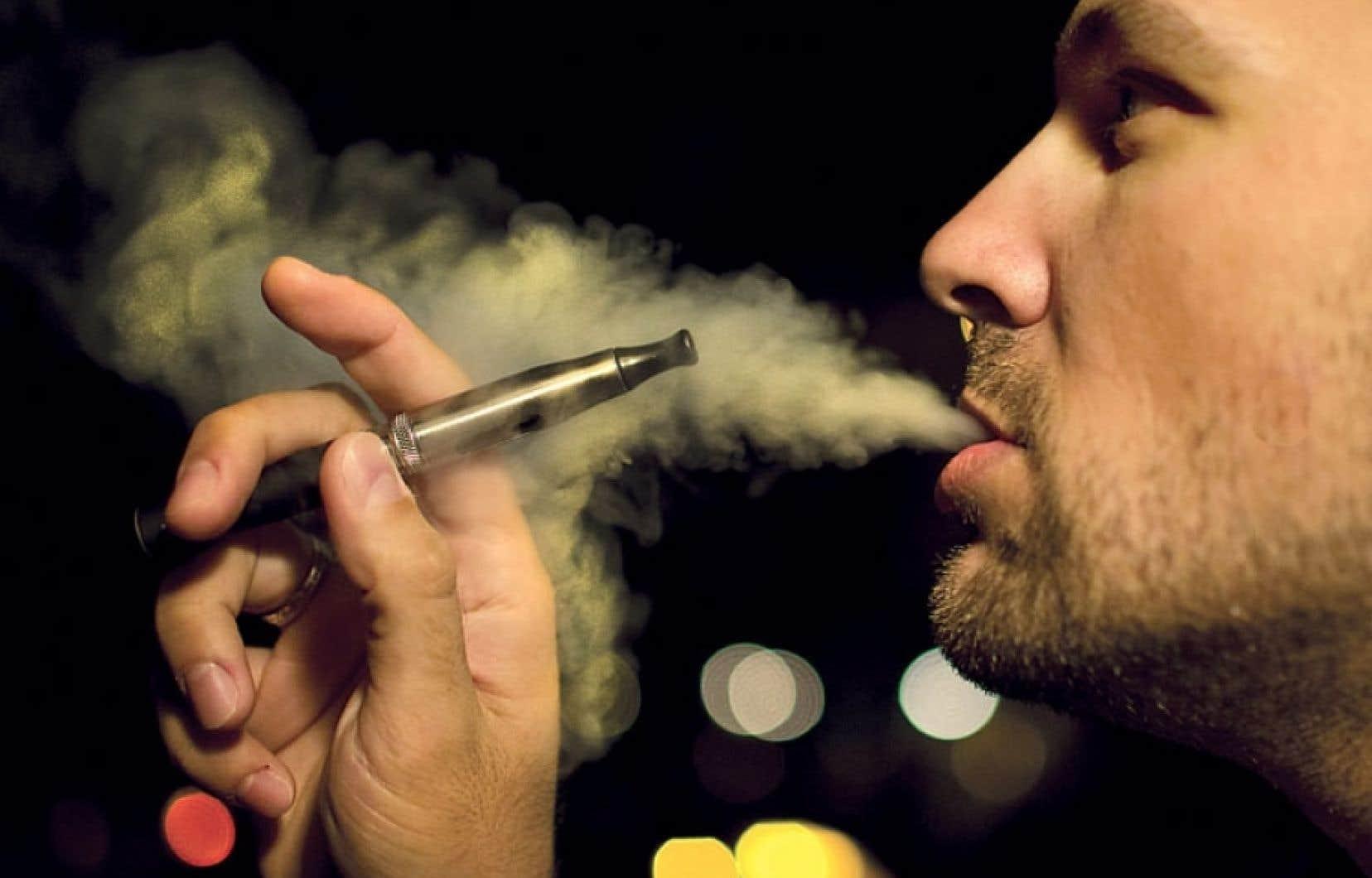 On ne sait que peu de choses de l'impact sur la santé des cigarettes électroniques, qui contiennent moins de substances toxiques que les cigarettes traditionnelles.