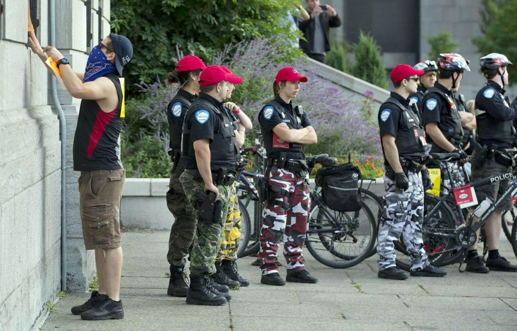 Certains policiers ont laissé les manifestants s'exprimer sans contrainte, la semaine dernière.