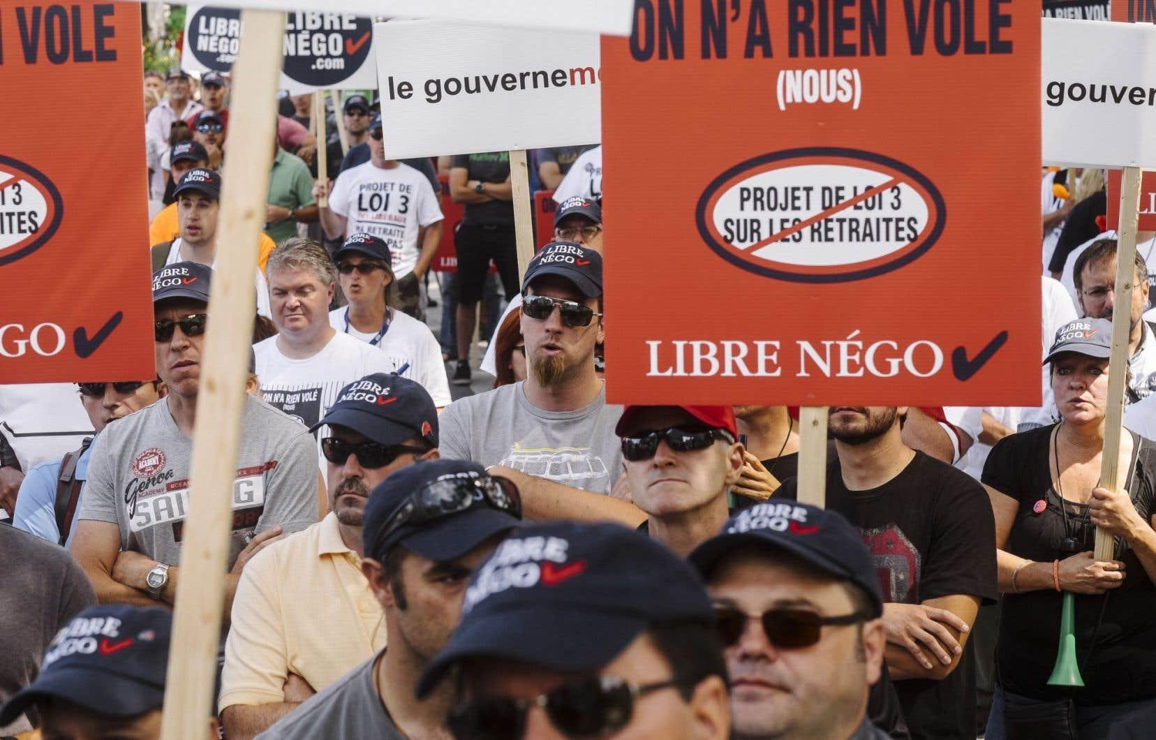 Des employés municipaux manifestent leur opposition au projet de loi 3 à Québec.
