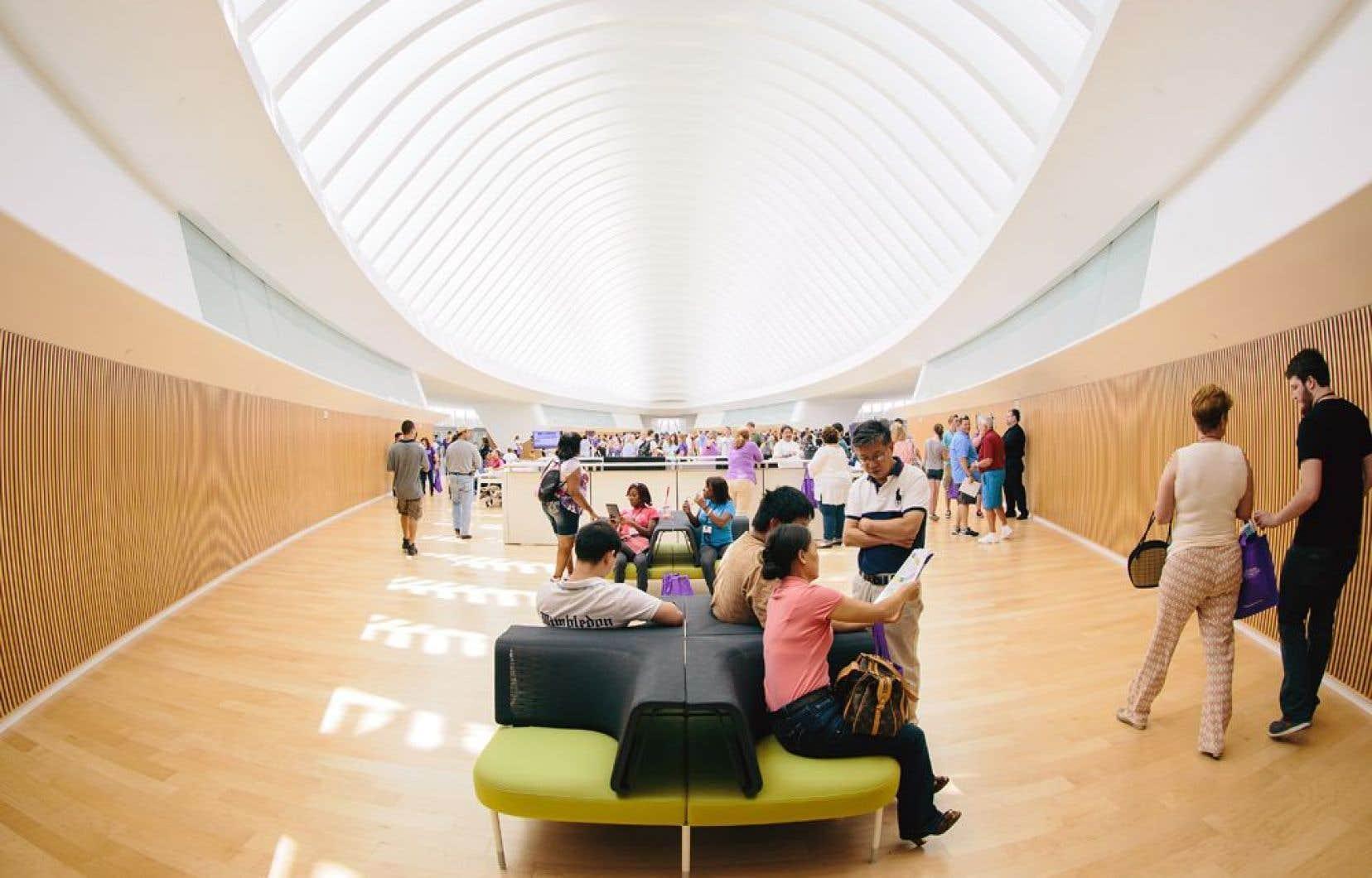 Sise dans un édifice conçu par l'architecte Santiago Calatrava, la nouvelle bibliothèque de la Florida Polytechnic University se veut un endroit favorisant l'interaction et l'échange entre les usagers qui y consultent des documents numériques et non pas des livres papier.
