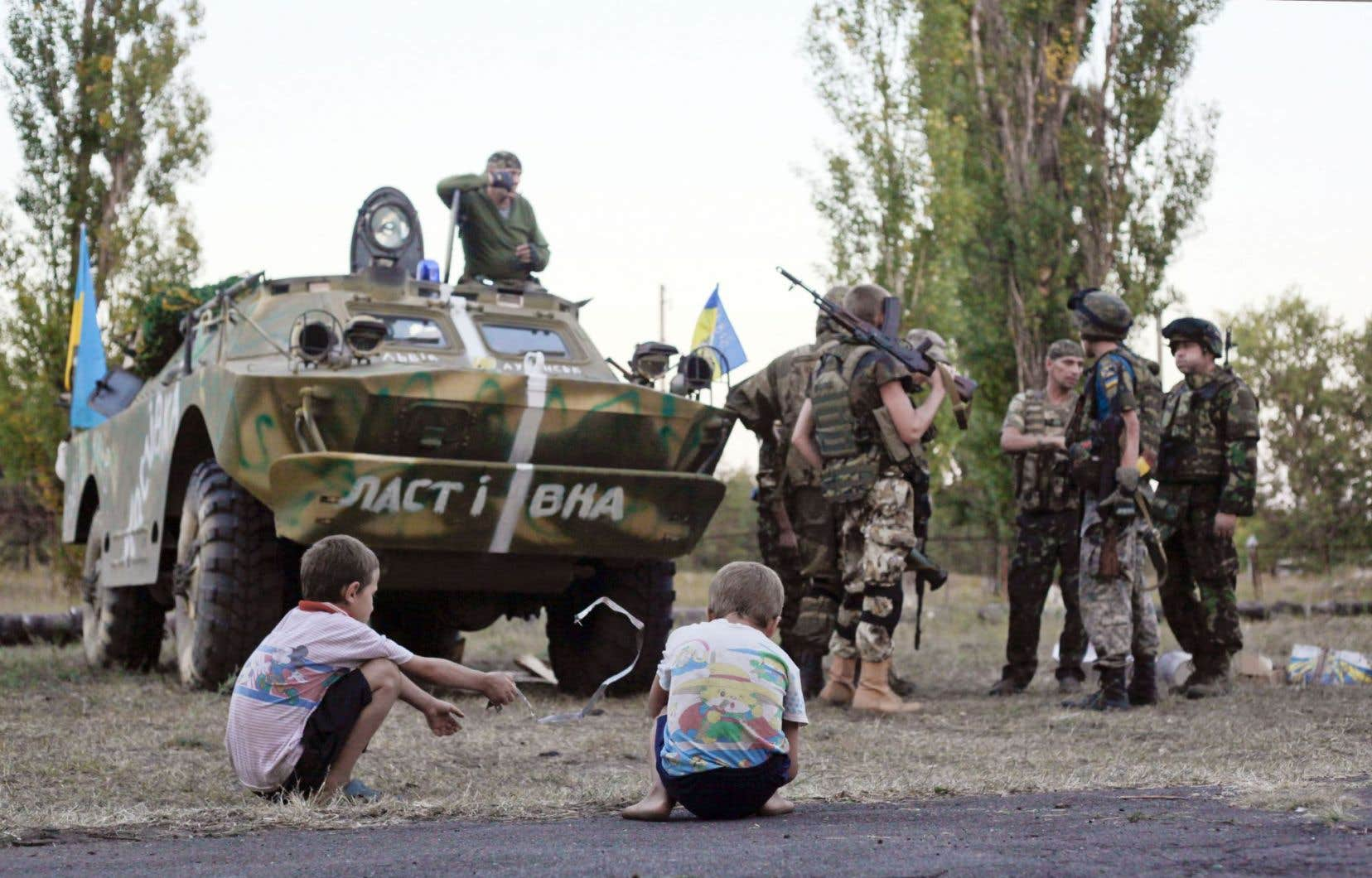 De jeunes enfants assistent à une réunion de soldats à Shchastya, dans l'Est ukrainien.
