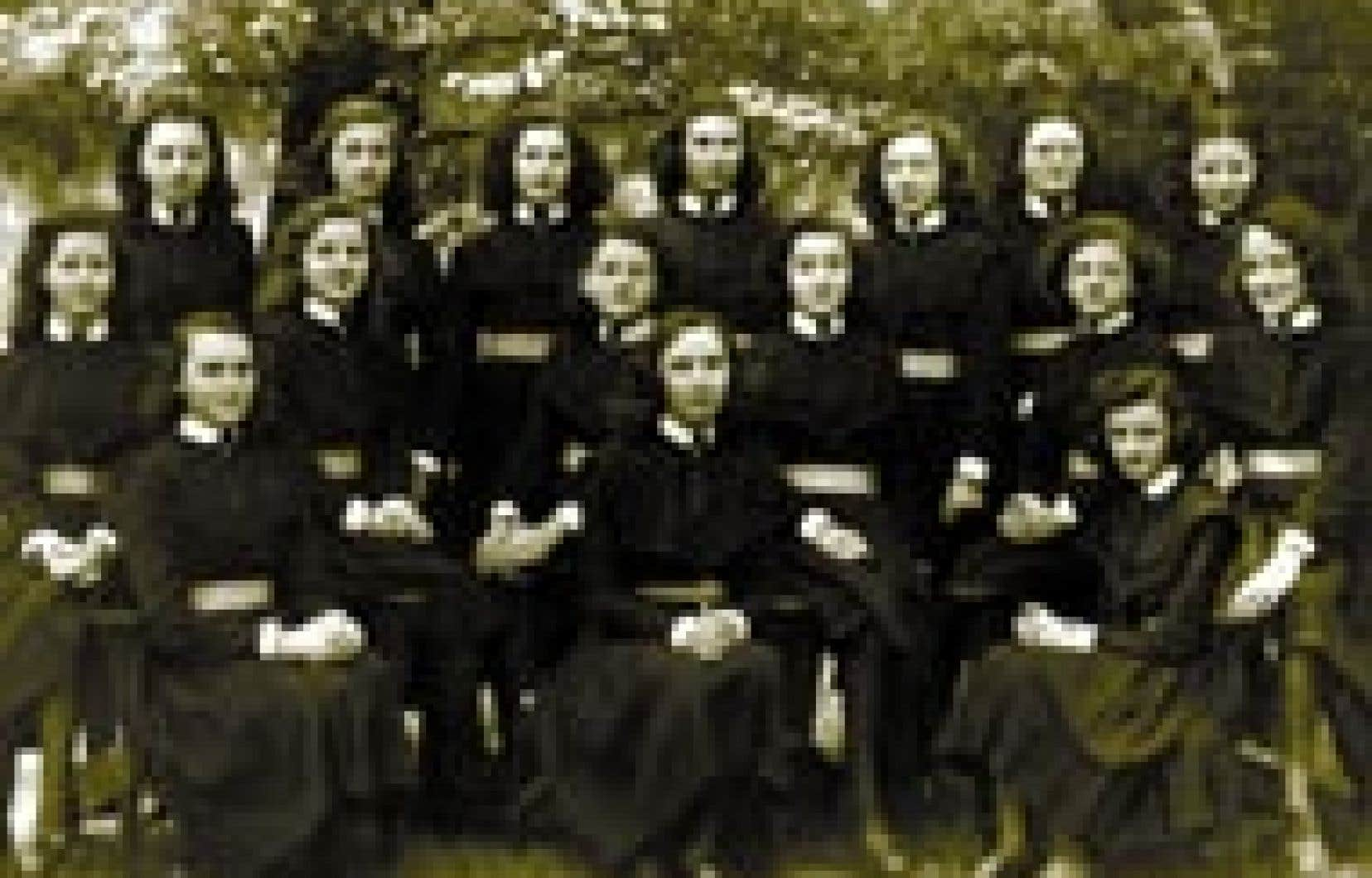 Archives le devoir - Des étudiantes du collège Saint-Maurice, en 1944.