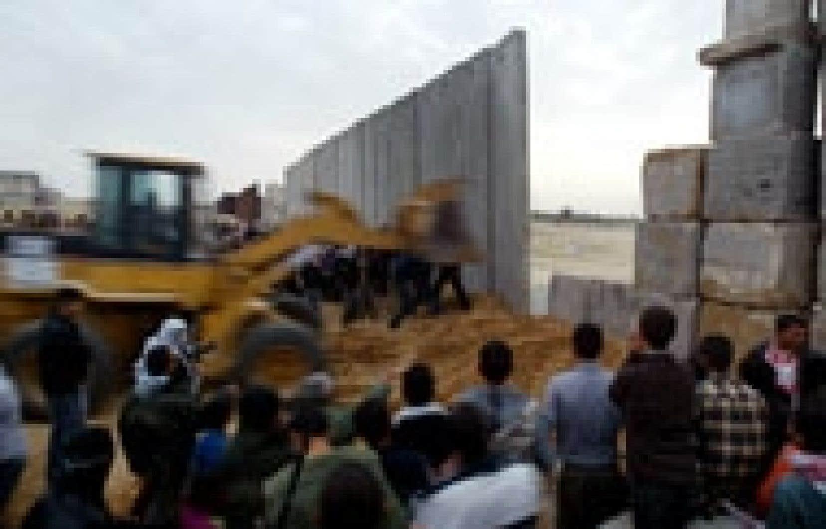 Les rebelles ont démoli un tronçon de la clôture entre l'Égypte et Gaza.